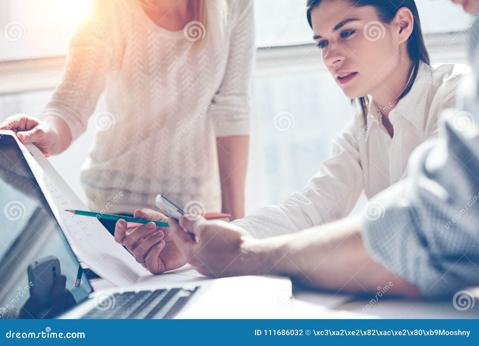 Έρευνα προϊόντων Εμπορική ομάδα στην εργασία Γραφείο σοφιτών ανοιχτού χώρου Lap-top και γραφική εργασία