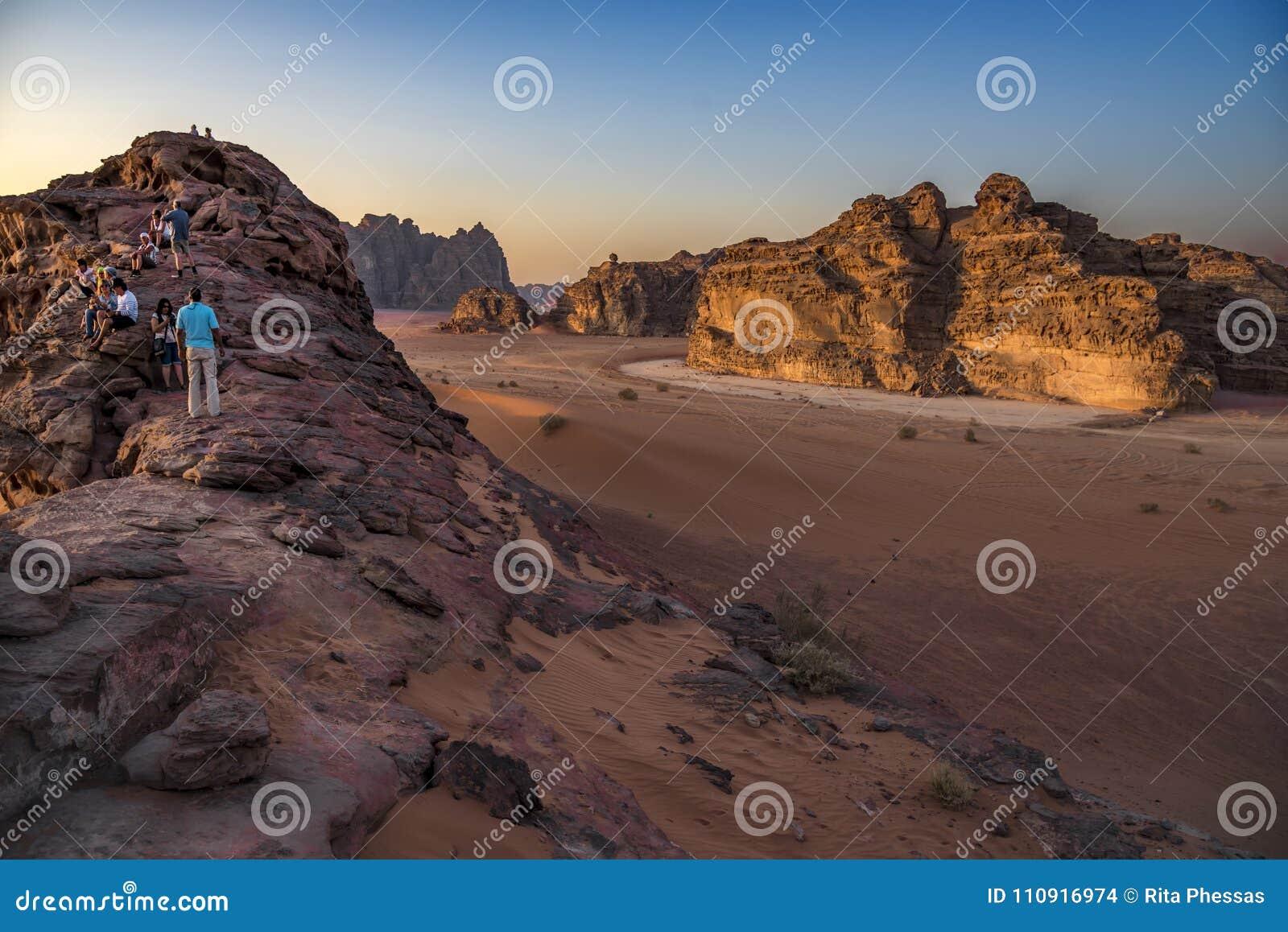Έρημος Ιορδανία, 17-09-2017 ρουμιού Wadi Μια ομάδα ανθρώπων αναρριχείται σε ένα βουνό για να δει τον ήλιο ρύθμισης καλύτερο