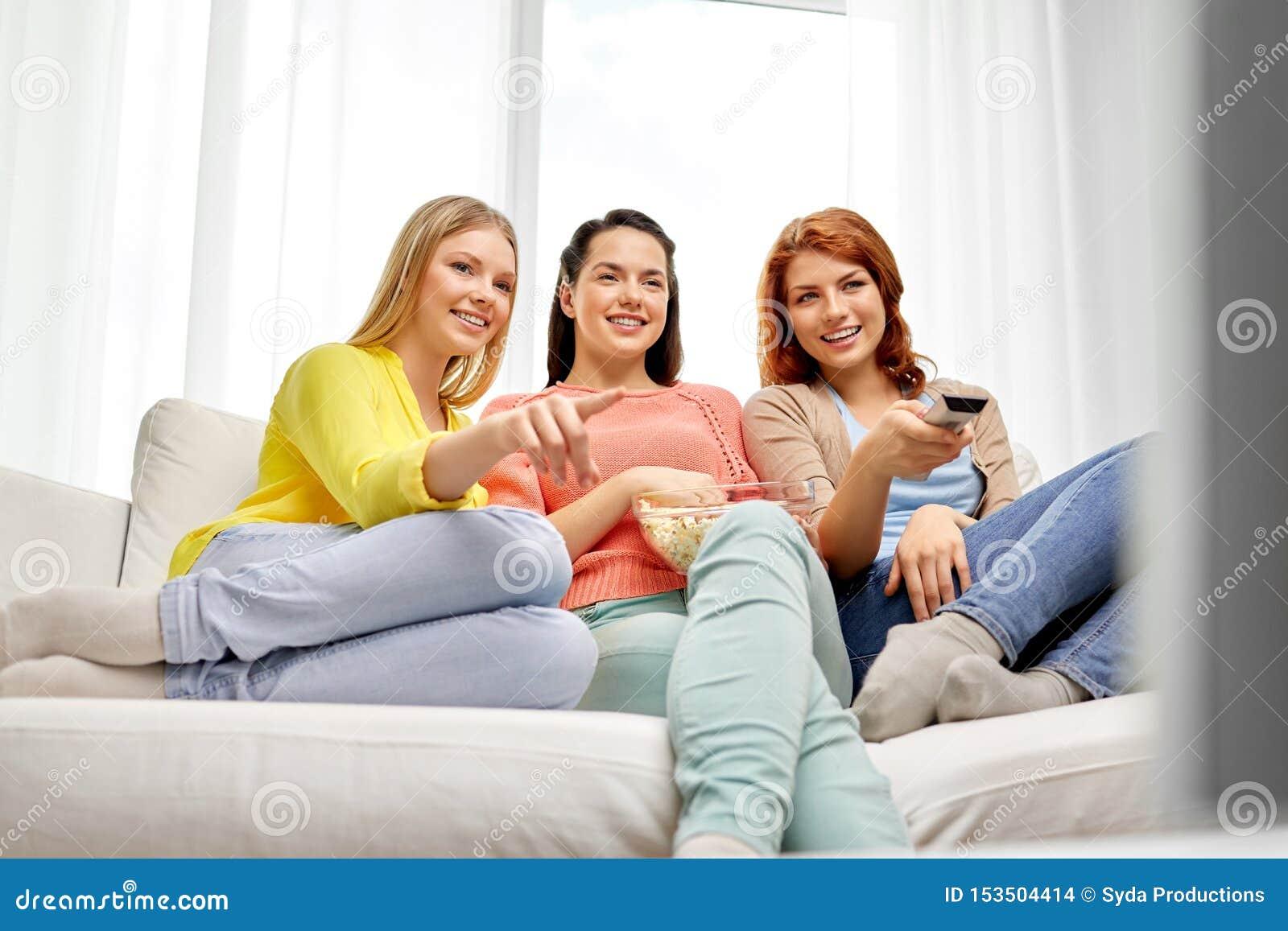Έφηβη ή φίλοι που προσέχουν τη TV στο σπίτι