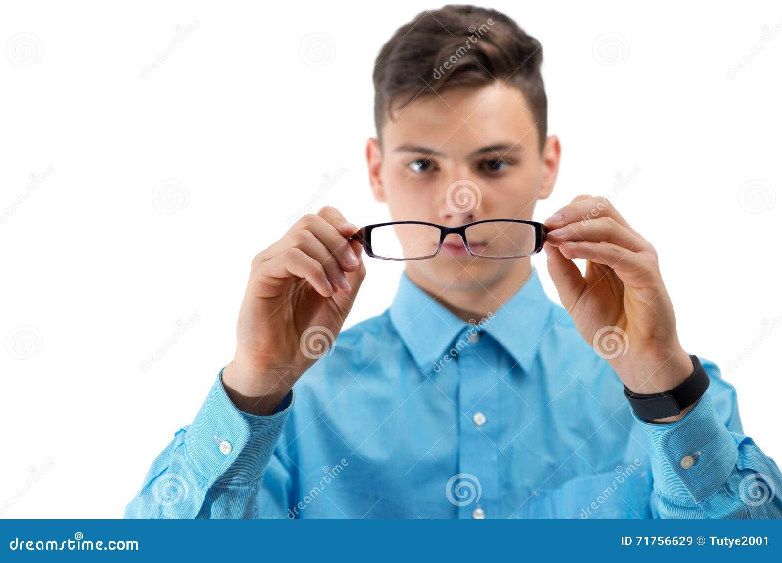Έφηβος με τα νέα γυαλιά στα μάτια που απομονώνεται στο λευκό
