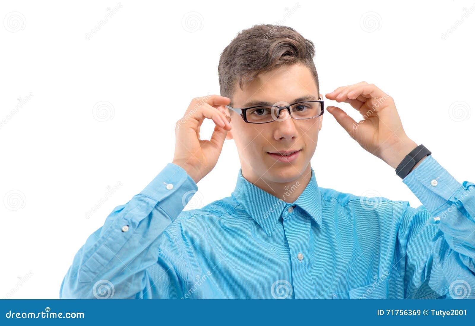 Έφηβος με τα νέα γυαλιά στα μάτια που απομονώνεται