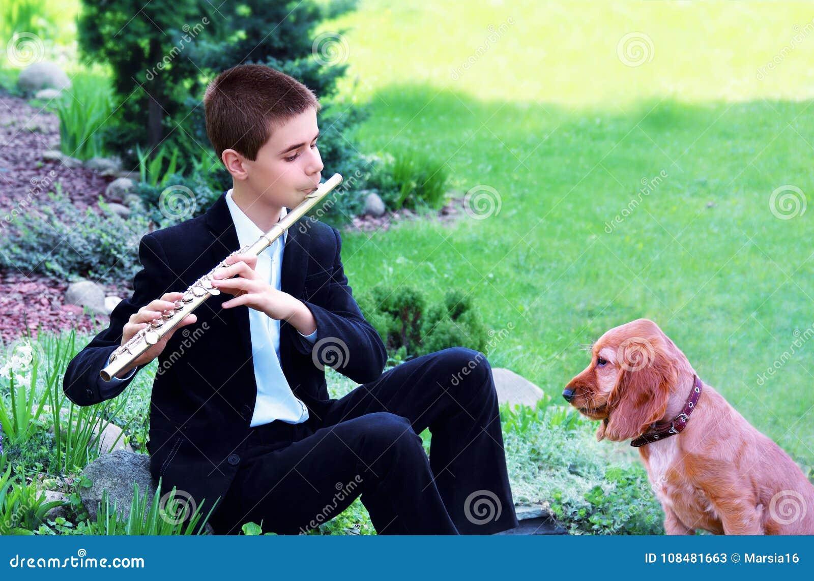 Έφηβος με το φλάουτο και σκυλί