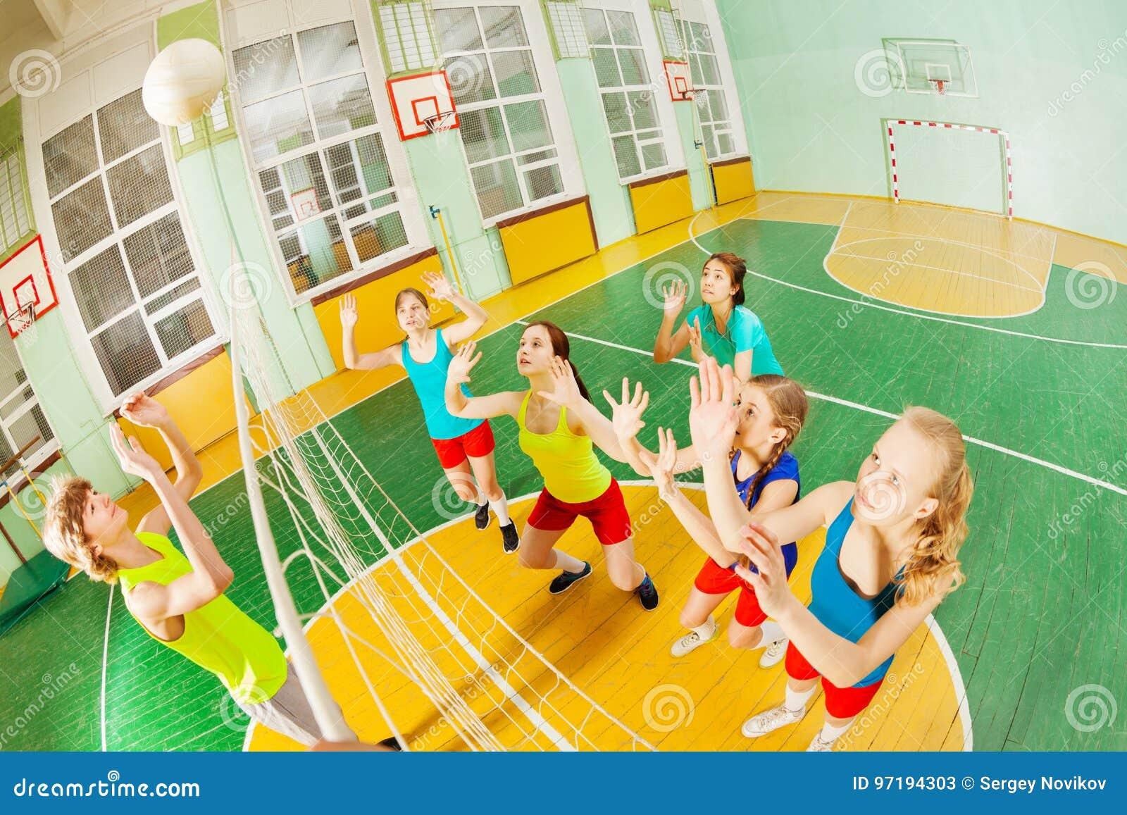 Έφηβος που εξυπηρετεί τη σφαίρα κατά τη διάρκεια της αντιστοιχίας πετοσφαίρισης