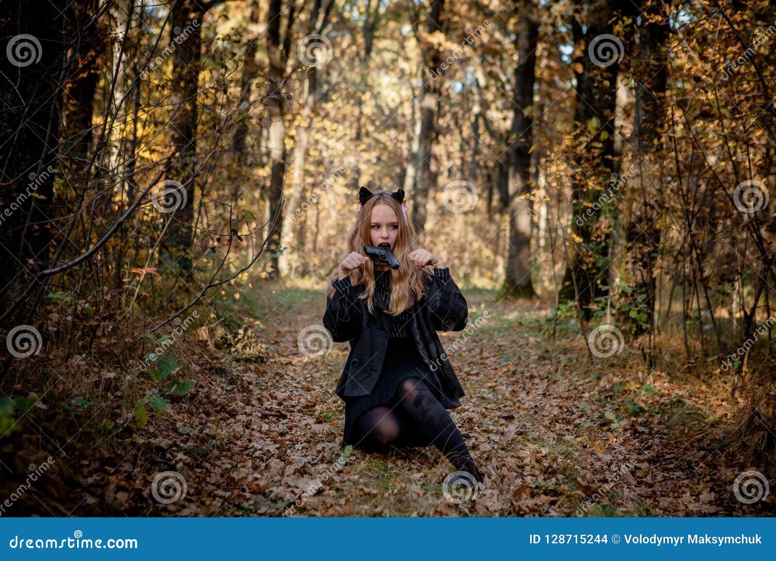 Έφηβος στα κοστούμια αποκριών στα ξύλα