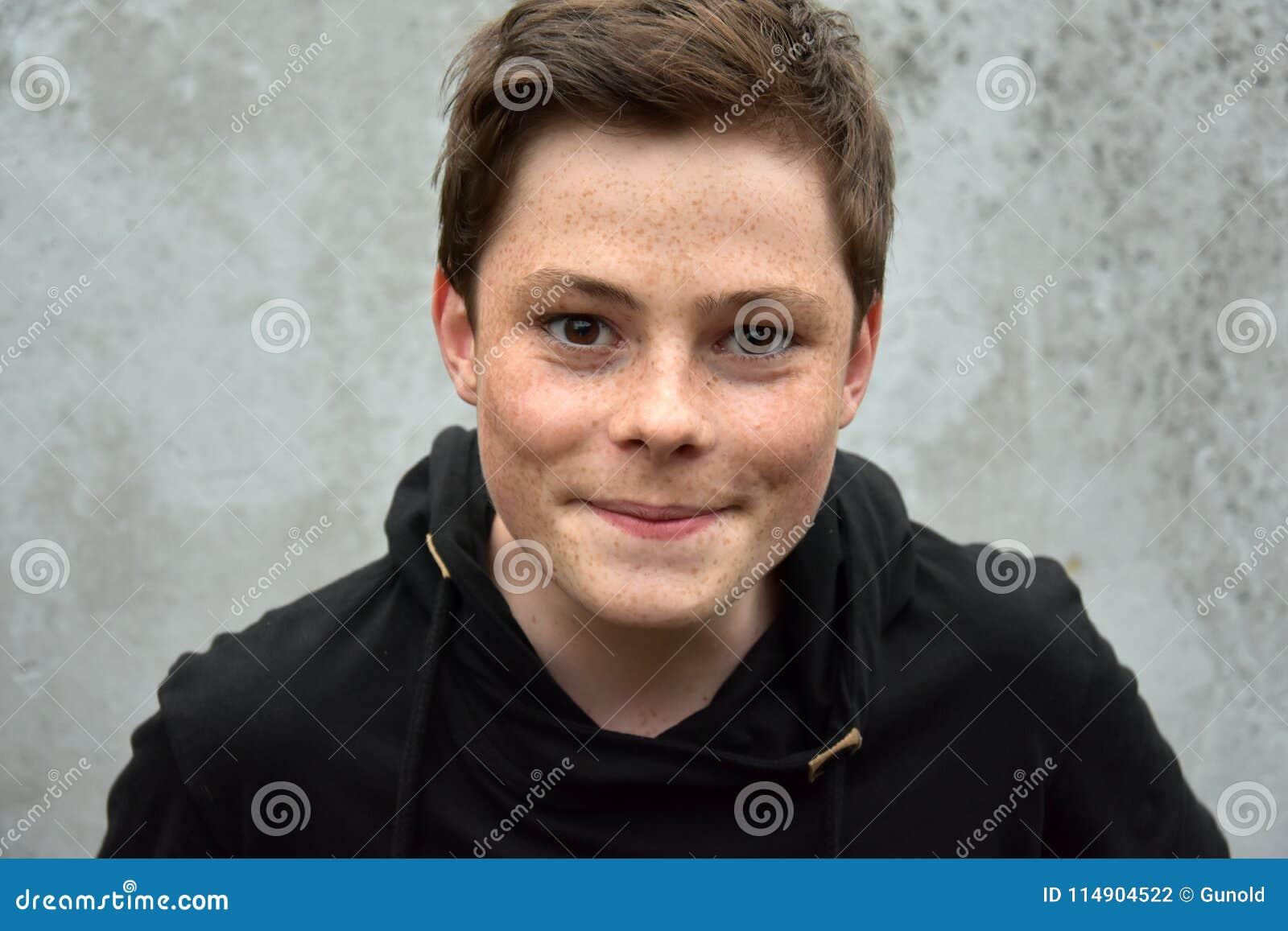 Έφηβος στο μαύρο hoodie