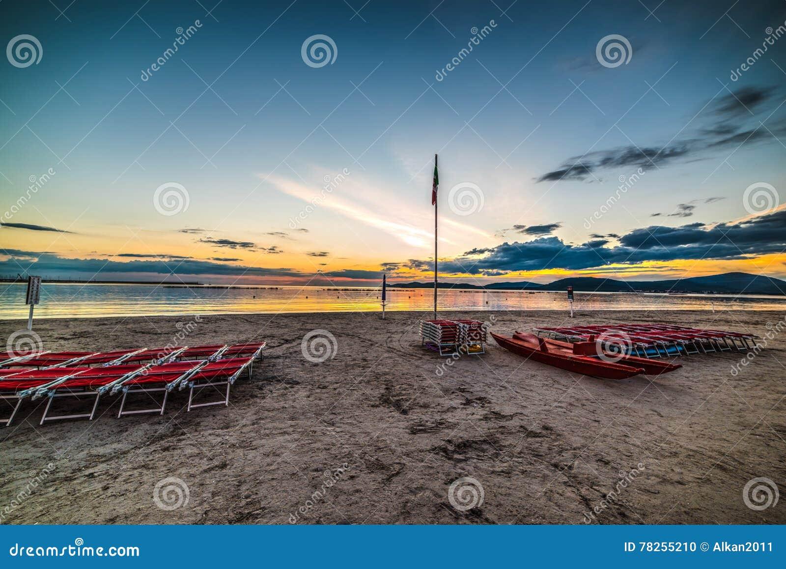 Έδρες θαλασσίως στο ηλιοβασίλεμα