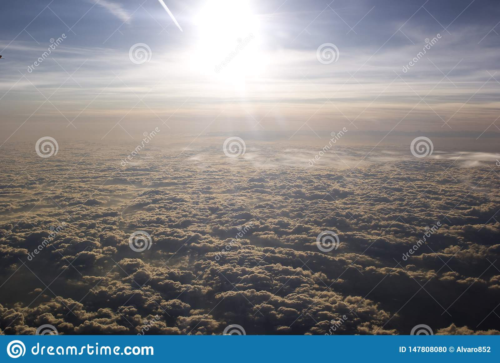 Ήλιος στο νεφελώδη ουρανό, άποψη αεροπλάνων