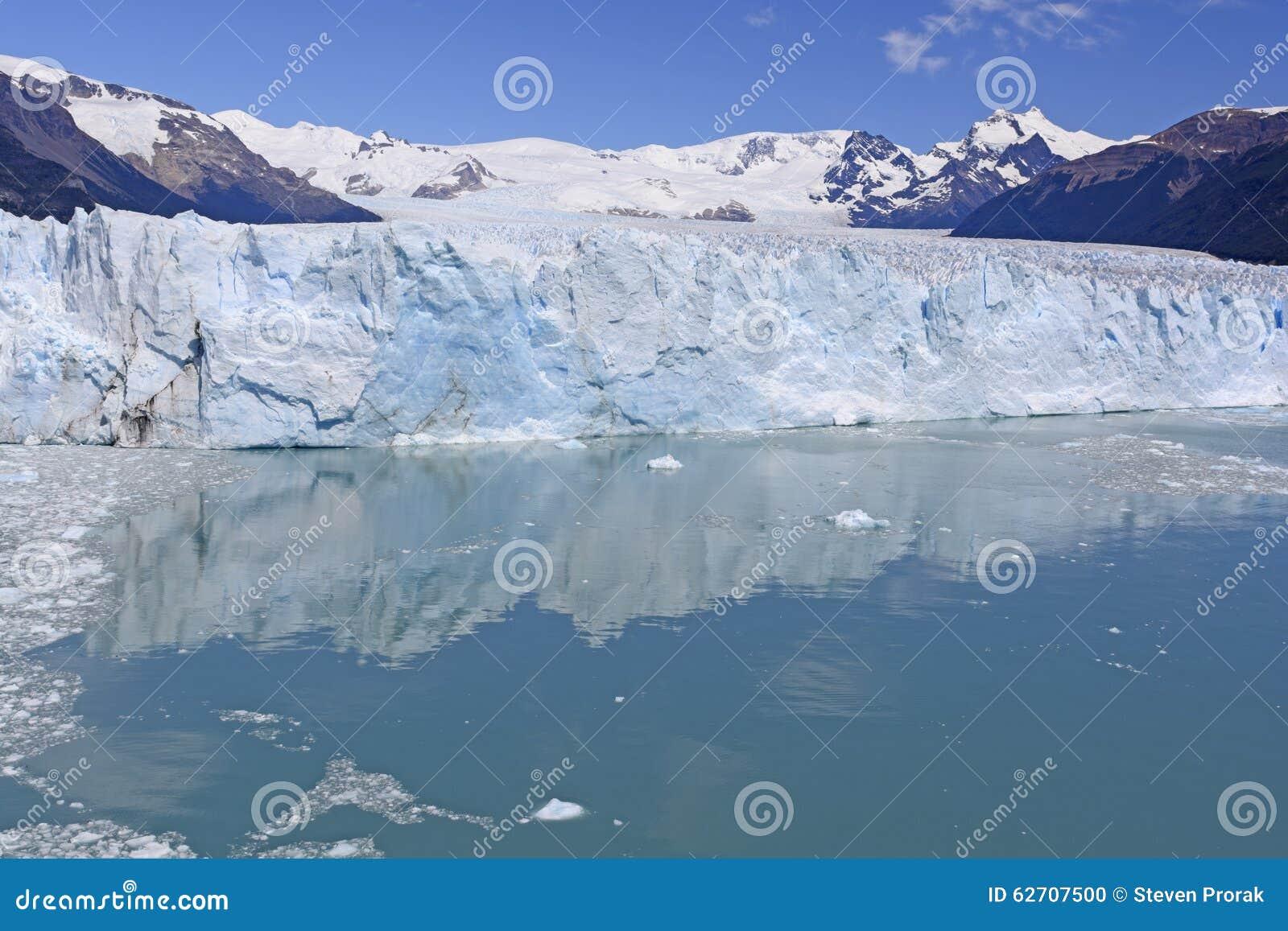 Ήρεμα νερά κάτω από ένα παγετώδες πρόσωπο