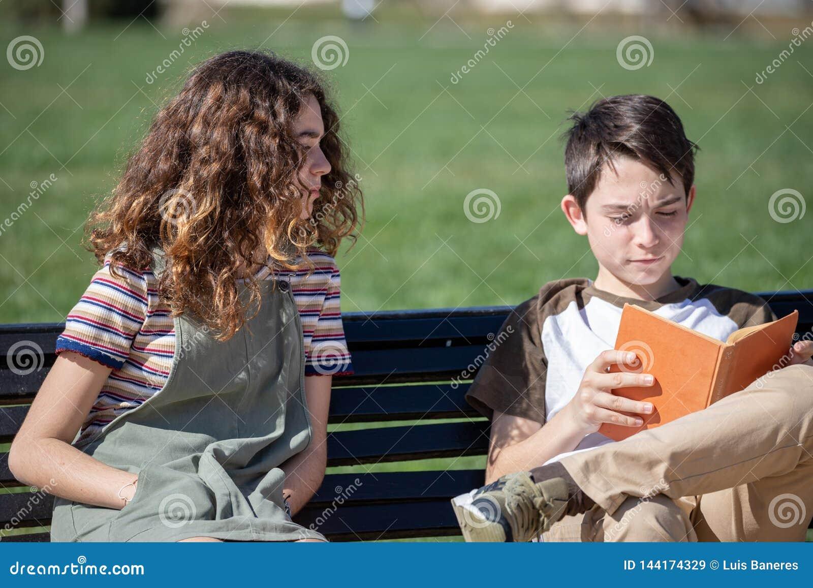 Ήρεμη ανάγνωση στον πάγκο πάρκων