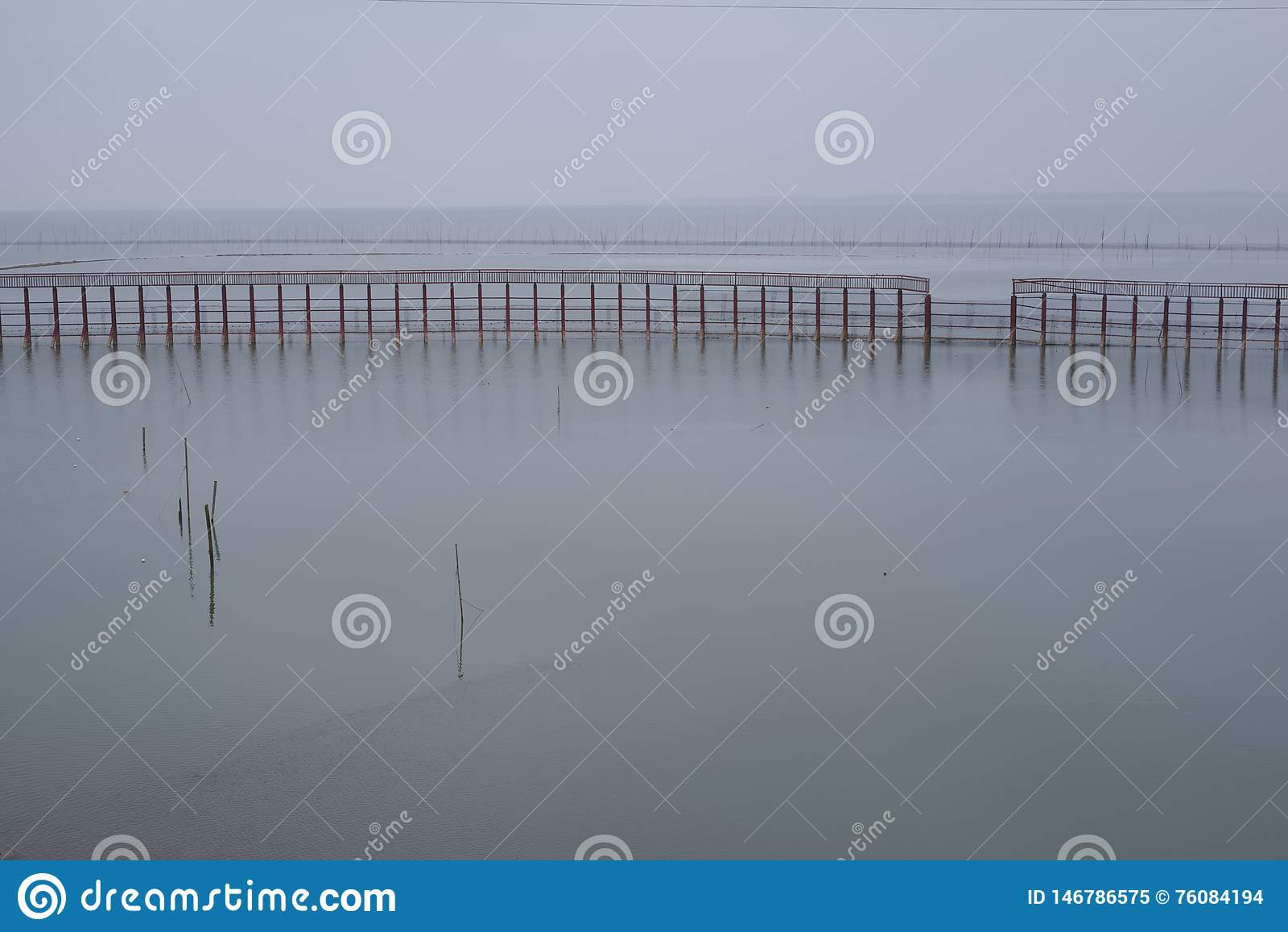 Ήρεμη λίμνη, λίγο νερό φράκτες