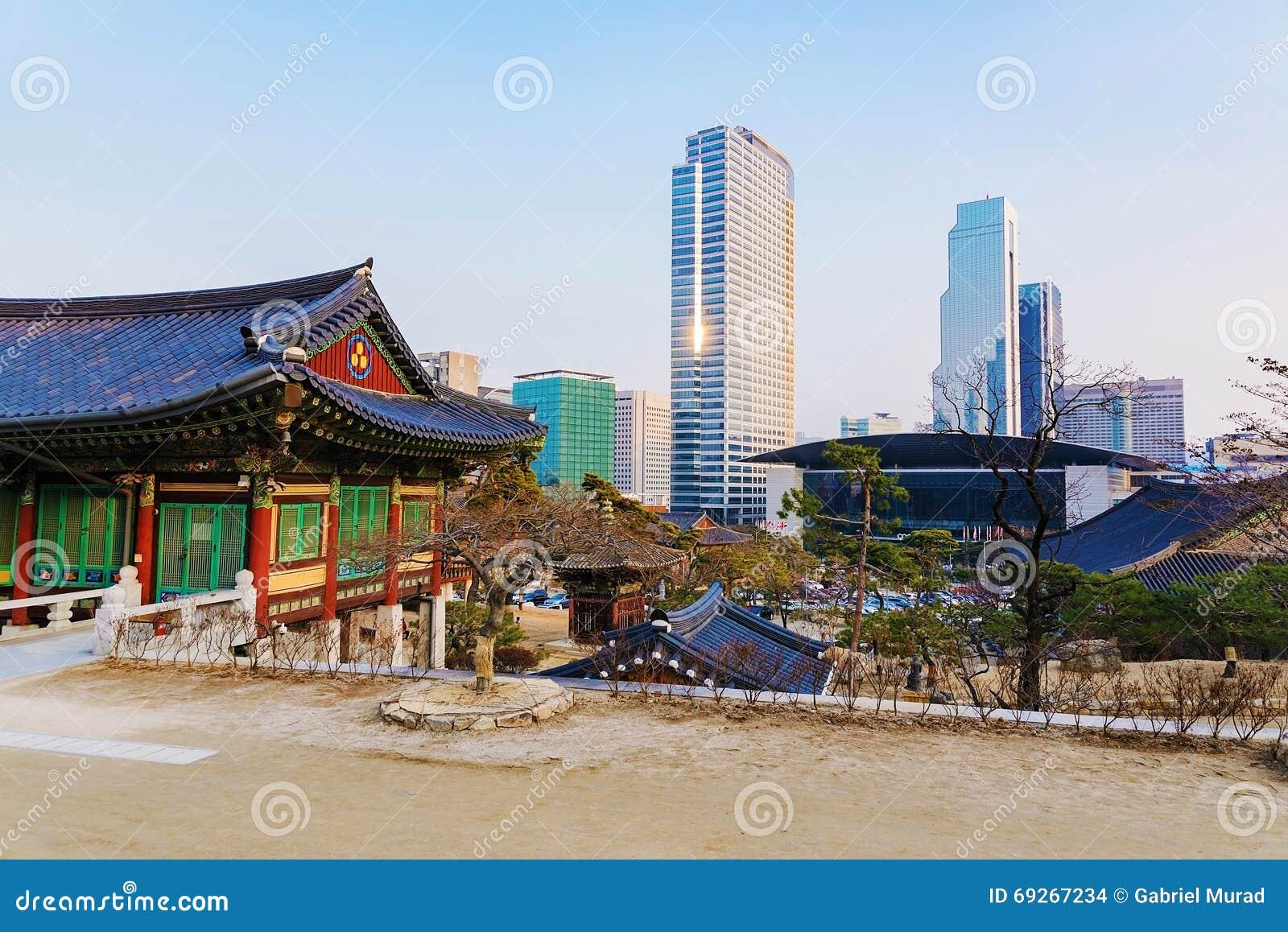 Ήρεμος ναός με τα κτίρια γραφείων στο υπόβαθρο στη Σεούλ