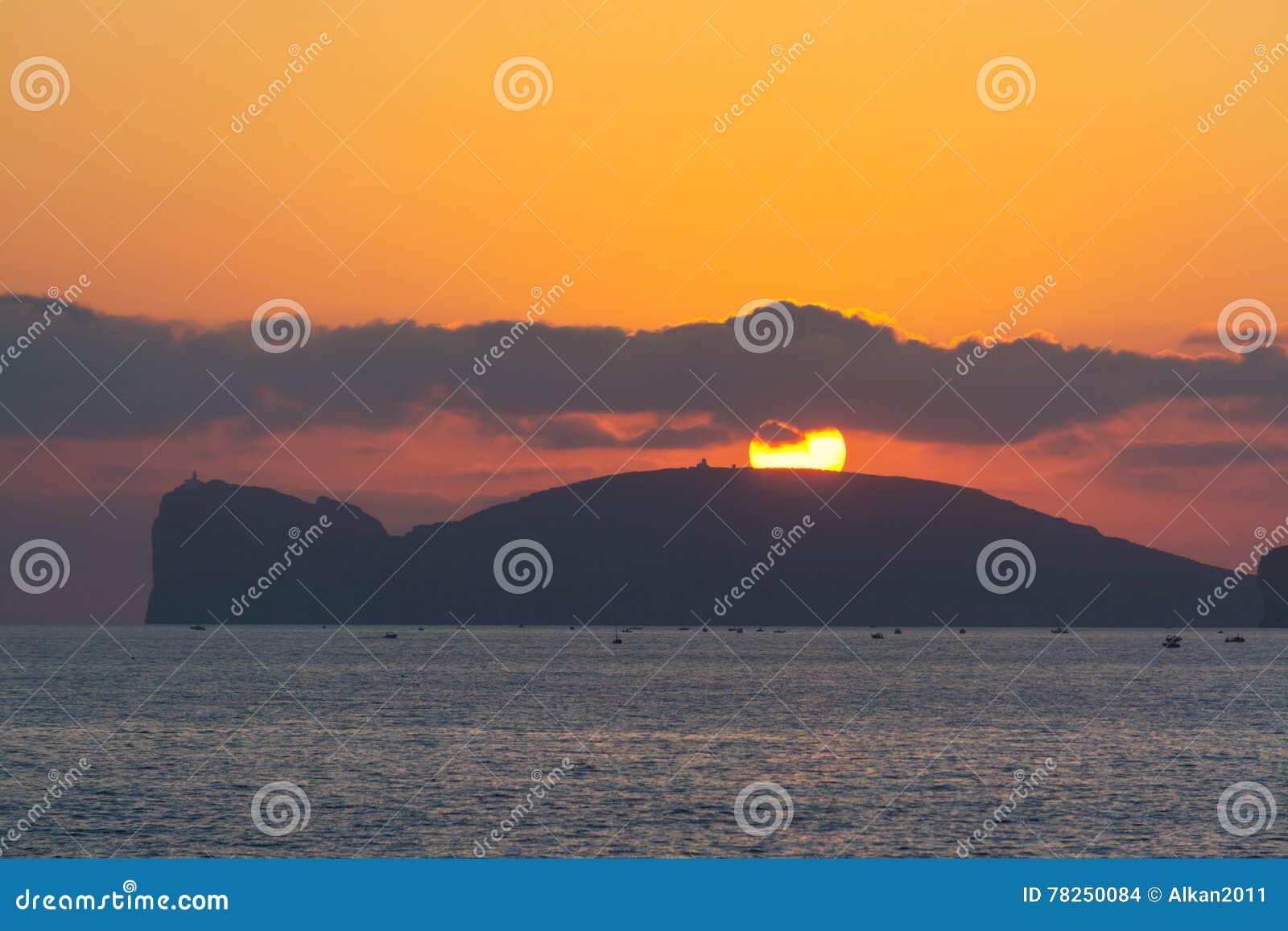 Ήλιος πέρα από Capo Caccia στο ηλιοβασίλεμα