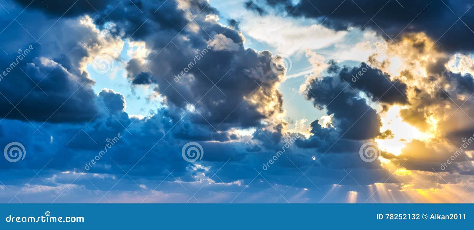 Ήλιος που λάμπει μέσω των σύννεφων