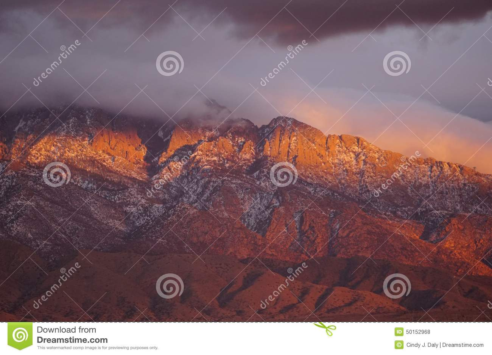 Ήλιος που θέτει στους απότομους βράχους των βουνών Sandia