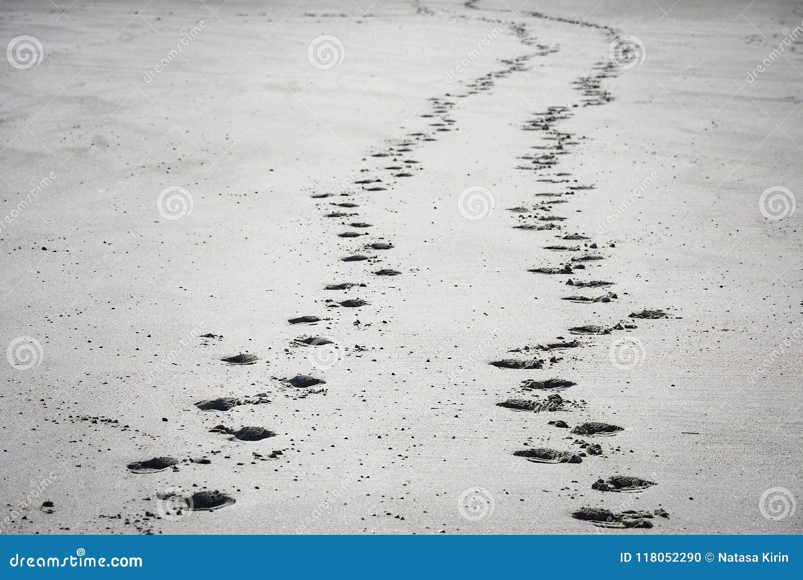 Ίχνη στην αμμώδη παραλία