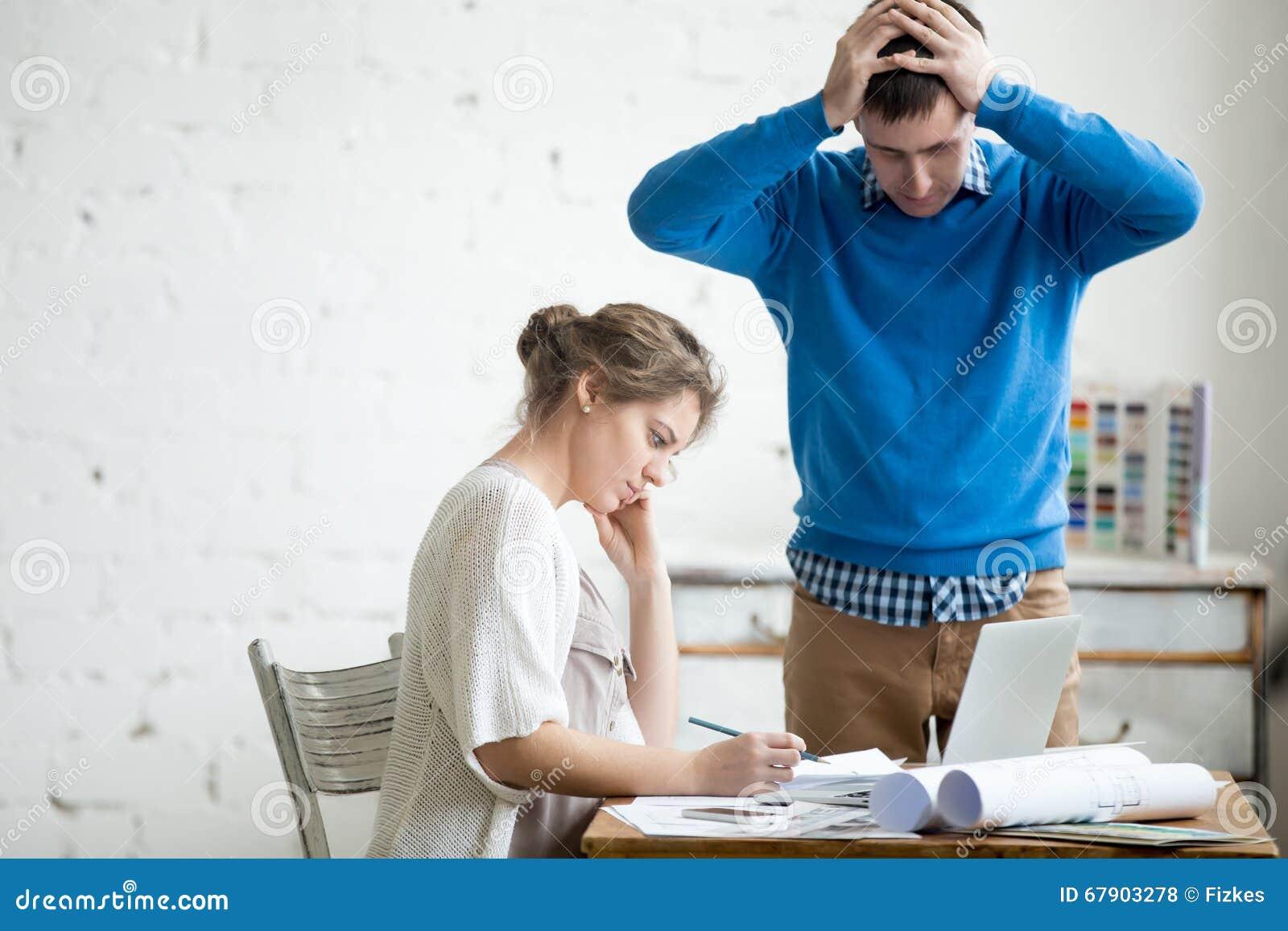 Αίσθημα δύο συναδέλφων που ενοχλείται στην εργασία
