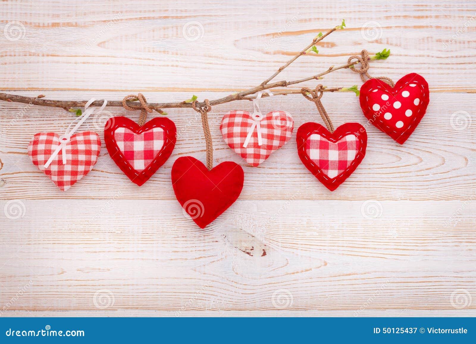 Αγάπη ημέρας βαλεντίνων όμορφη Καρδιά που κρεμά επάνω