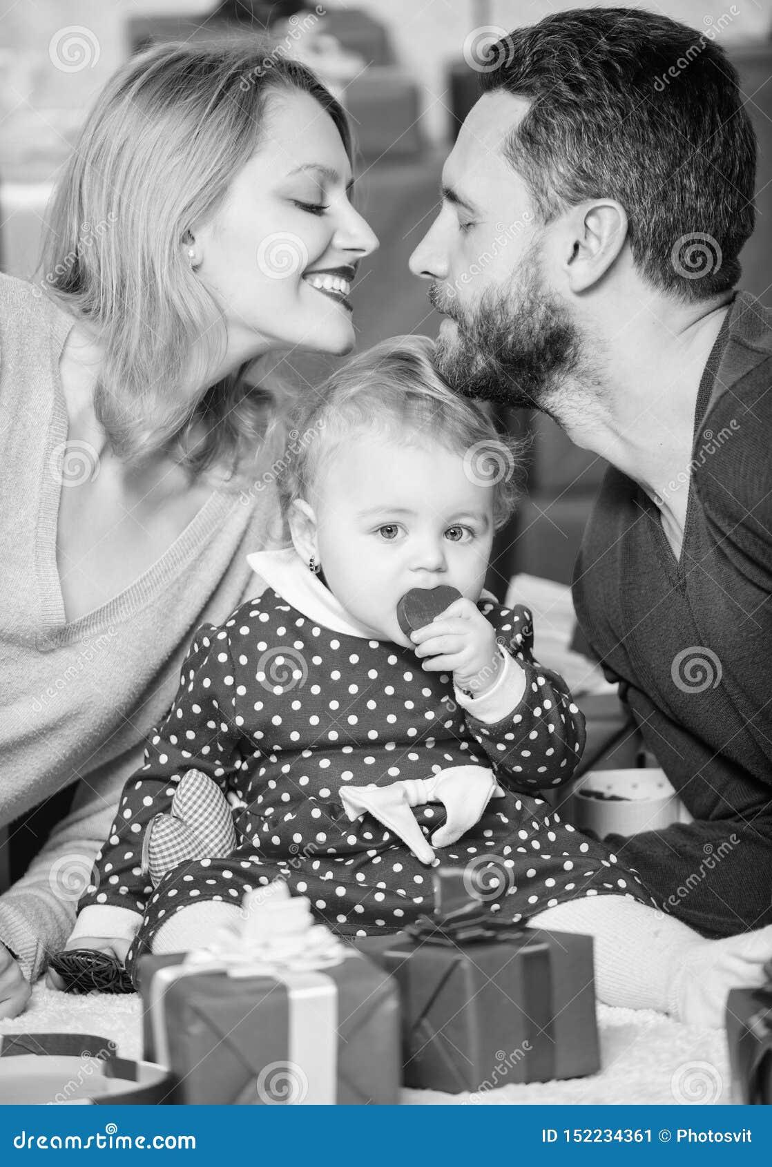 Αγάπη και εμπιστοσύνη στην οικογένεια Γενειοφόροι άνδρας και γυναίκα με το μικρό κορίτσι r Ημέρα για να γιορτάσει την αγάπη τους