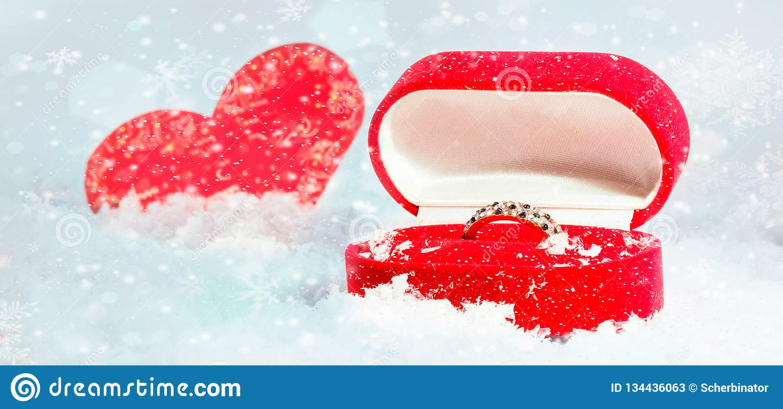 αγάπη, πρόταση, ημέρα βαλεντίνων και έννοια διακοπών - κλείστε επάνω του κιβωτίου δώρων με το δαχτυλίδι αρραβώνων διαμαντιών και