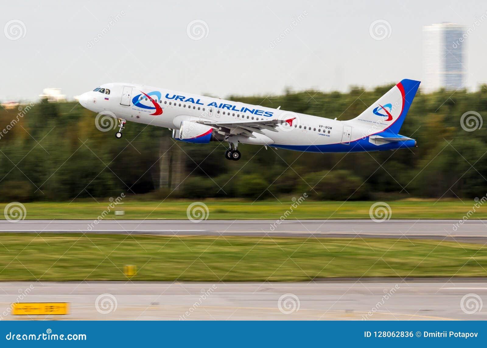 Αγία Πετρούπολη, Ρωσία - 08/16/2018: Αεριωθούμενες αερογραμμές ` vp-BQW airbus A320 ` Ural επιβατηγών αεροσκαφών στον αερολιμένα