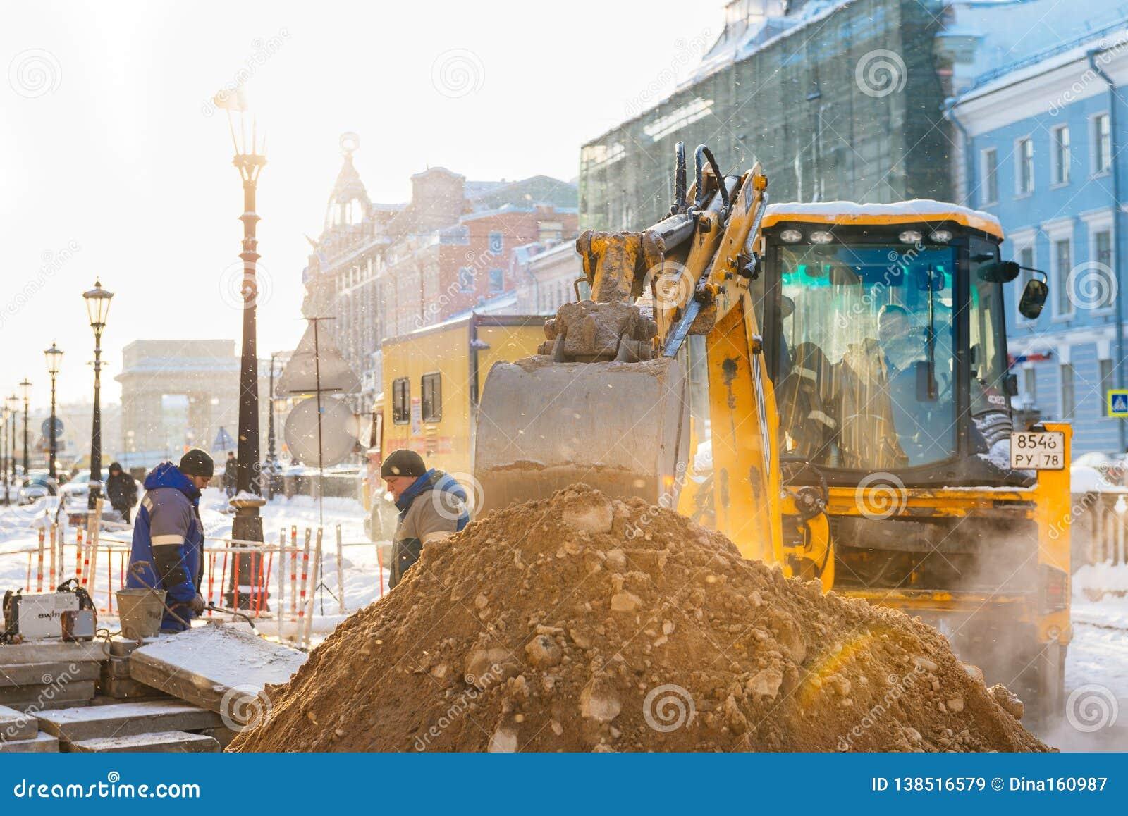 Αγία Πετρούπολη, Ρωσία - 28 Ιανουαρίου 2019: Ατύχημα στη γραμμή θέρμανσης κάτω από το έδαφος - παχύς ατμός από κάτω από τον υπόνο