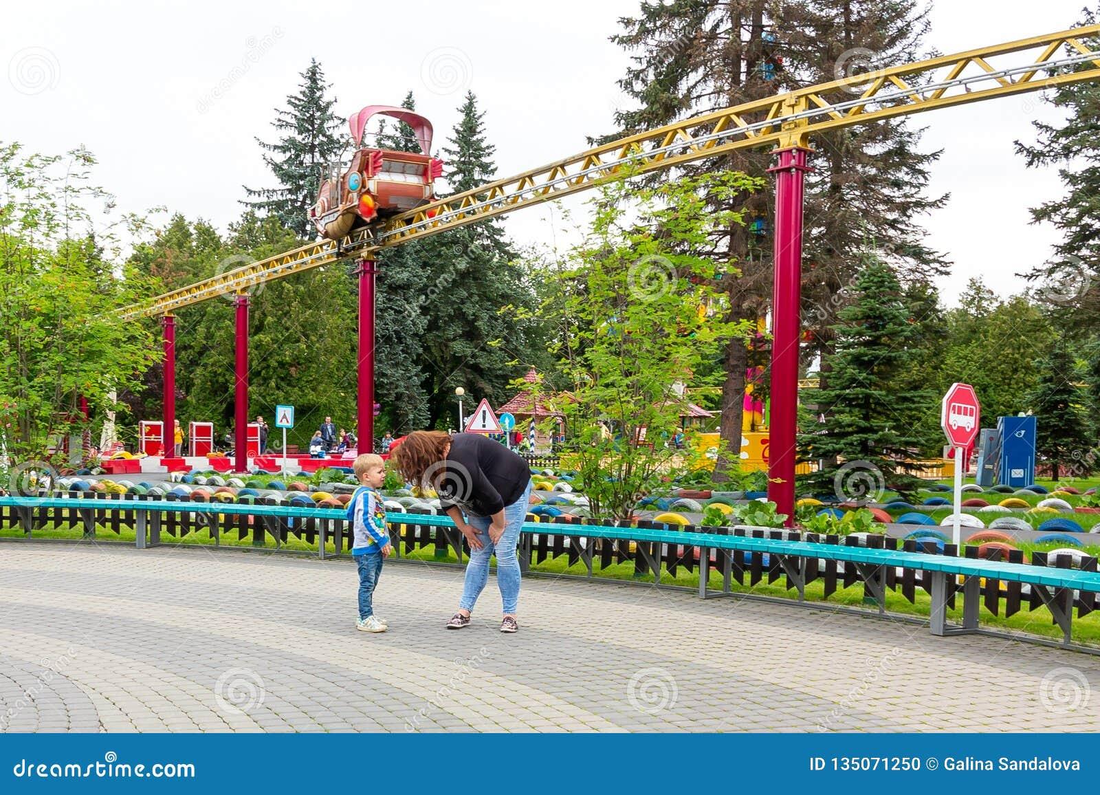 Αγία Πετρούπολη, Ρωσία - 10 Ιουλίου 2018: Το Mom επιπλήττει ένα φωνάζοντας μωρό περπατώντας στο πάρκο