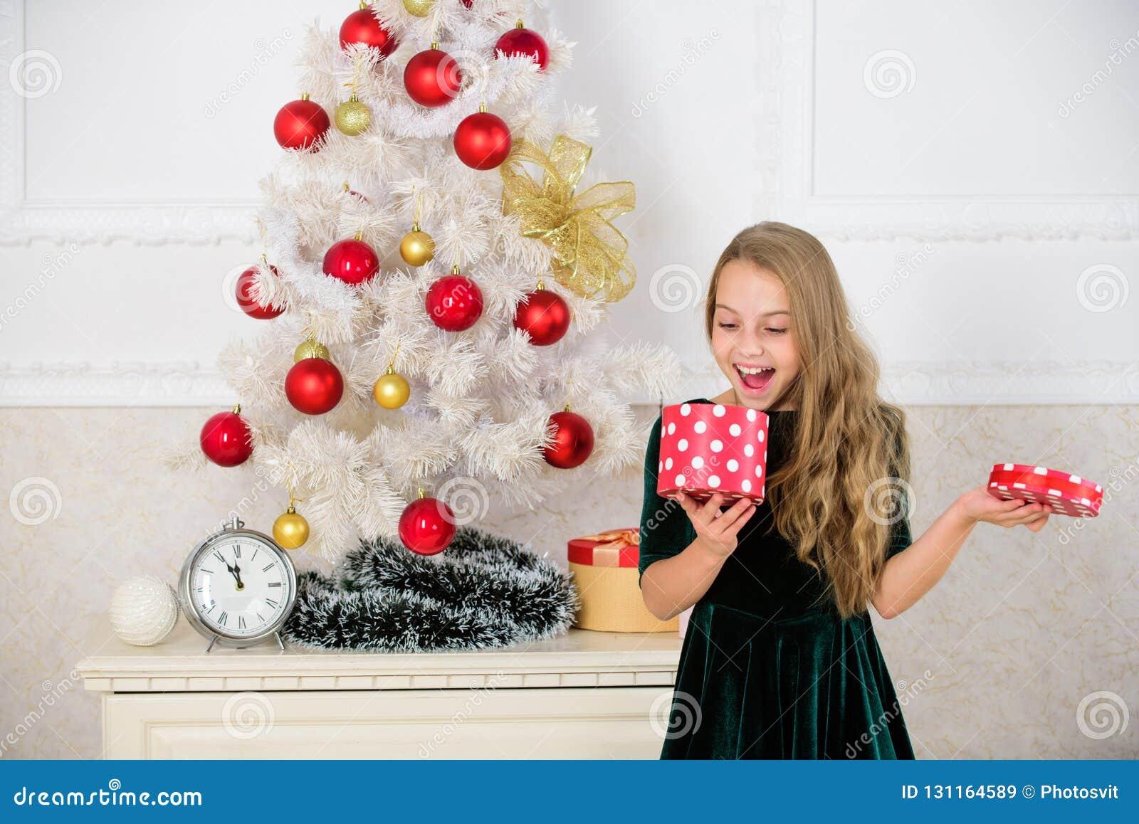 Αγαπημένη ημέρα του έτους Χρόνος να ανοιχτούν τα δώρα Χριστουγέννων Ανοίγοντας χριστουγεννιάτικα δώρα ελάτε όνειρα αληθινά απομον