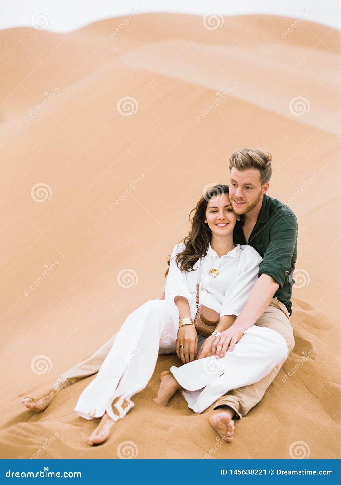 Αγαπώντας ζεύγος στην έρημο Σαχάρας