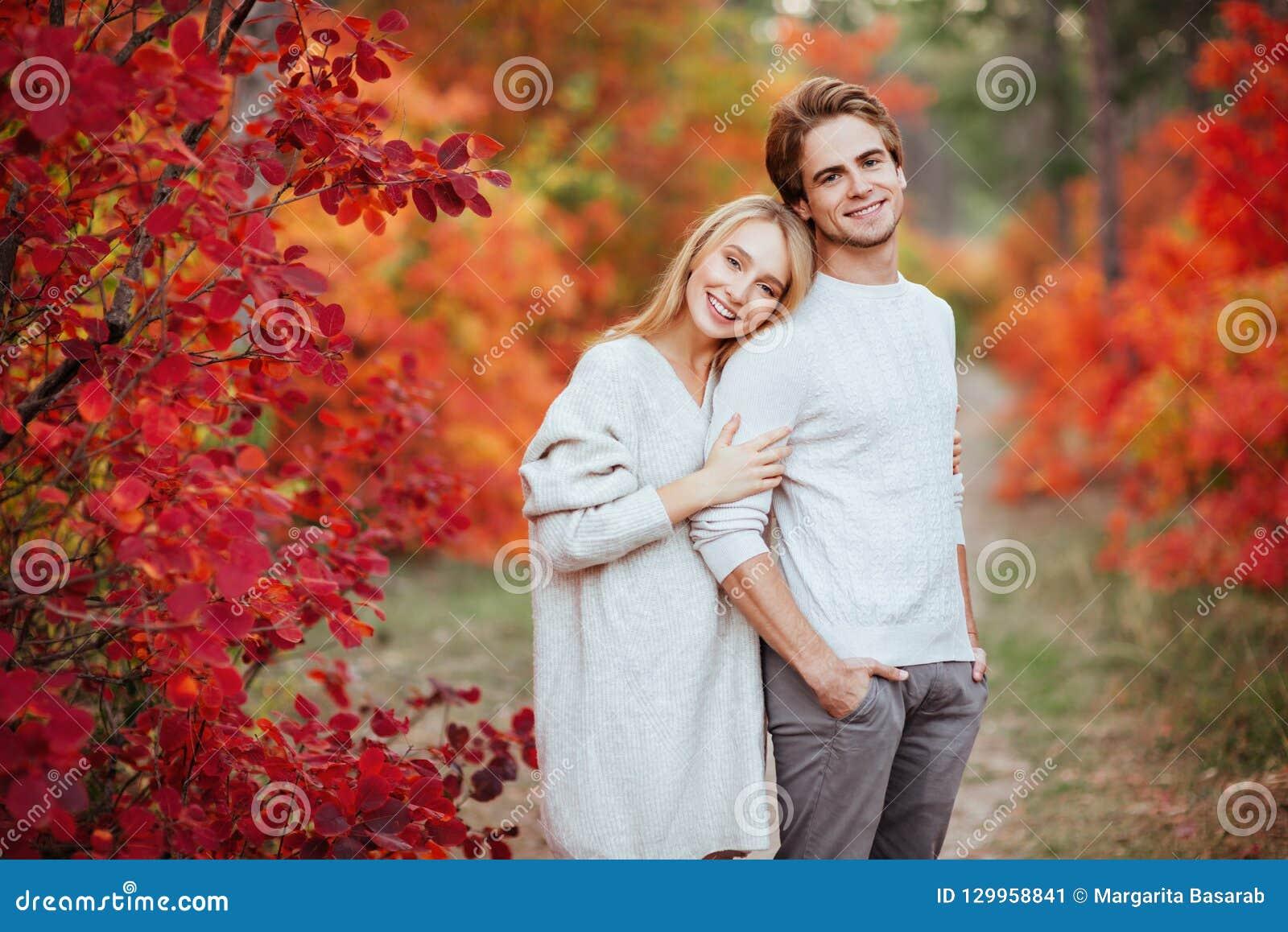 Αγαπώντας ζεύγος στο πάρκο φθινοπώρου