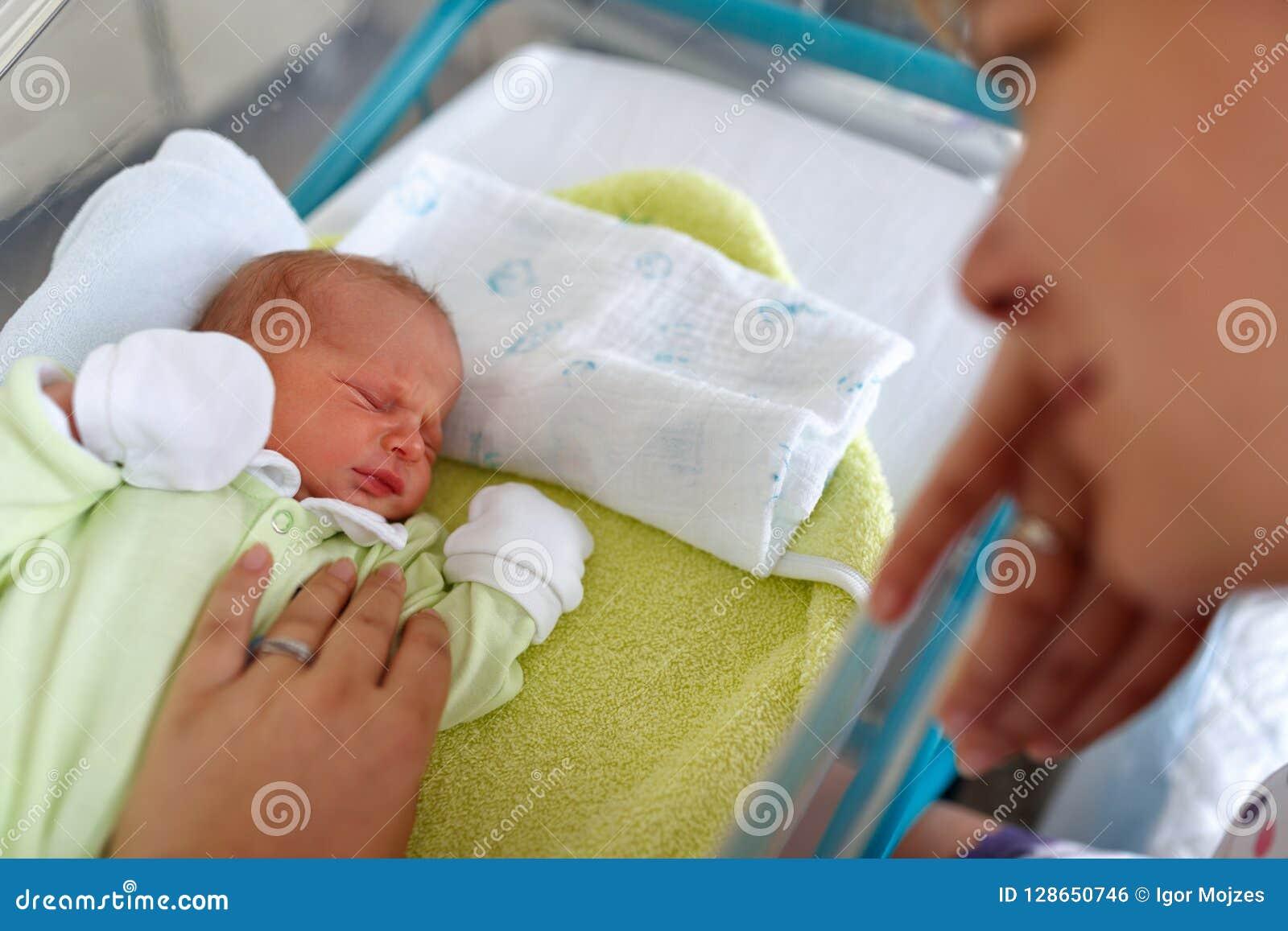 Αγαπώντας μητέρα και νεογέννητο να φωνάξει αγοράκι