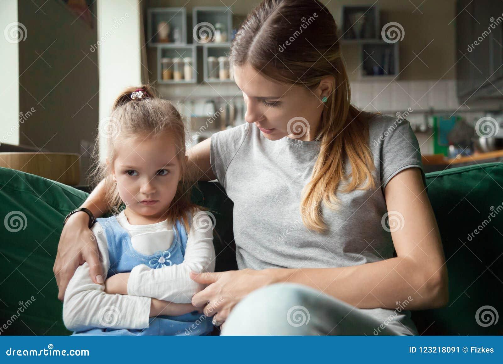Αγαπώντας μητέρα που παρηγορεί το προσβεβλημένο επίμονο avo κορών παιδιών
