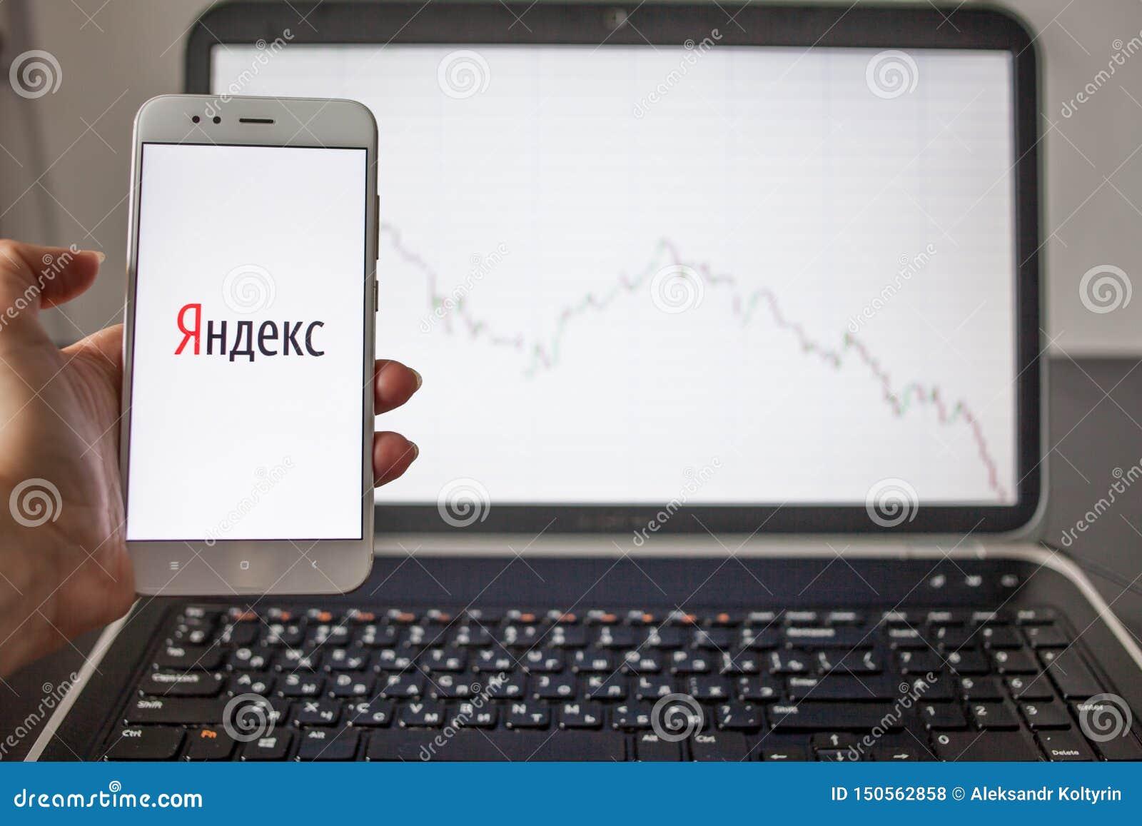 ΑΓΙΟΣ ΠΕΤΡΟΥΠΟΛΗ, ΡΩΣΙΑ - 14 ΜΑΐΟΥ 2019: λογότυπο της ρωσικής εταιρίας τεχνολογίας Yandex στο υπόβαθρο των διαγραμμάτων αποθεμάτω