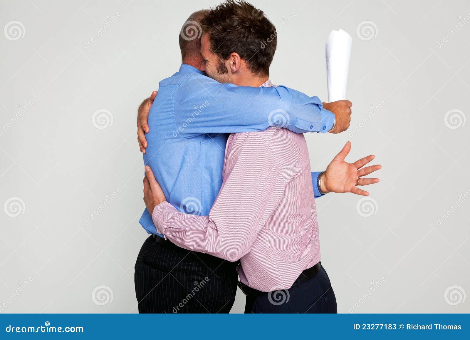 Αγκάλιασμα δύο επιχειρηματιών