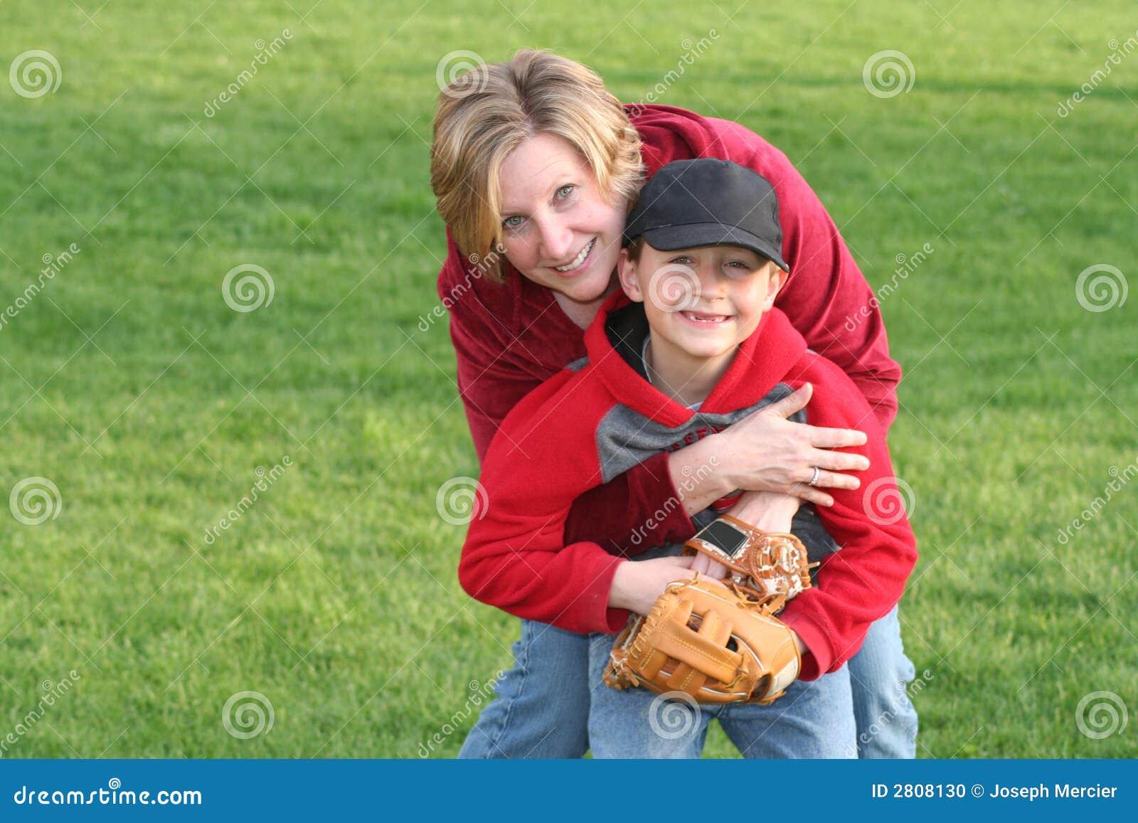 αγκάλιασμα mom των αθλητικώ&