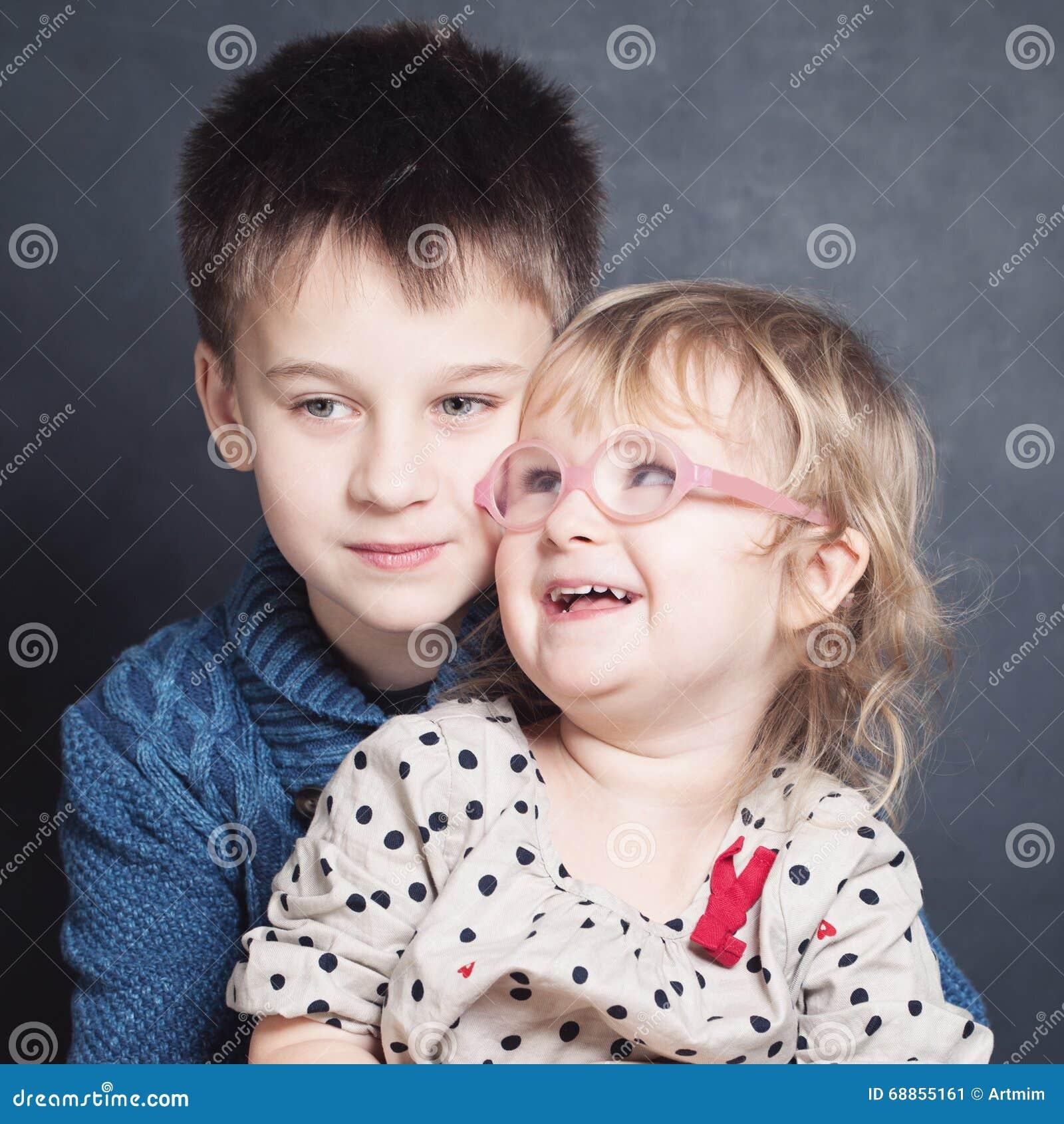 Αγκάλιασμα αμφιθαλών παιδιών αγάπης