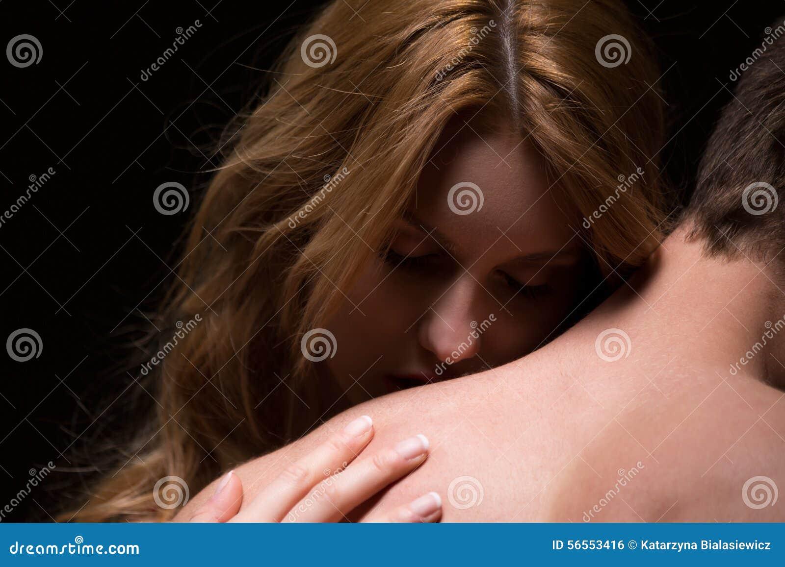 Download αγκάλιασμα της γυναίκας ανδρών Στοκ Εικόνες - εικόνα από φίλη, χρώμα: 56553416
