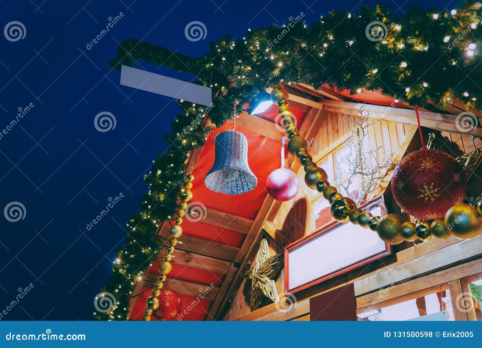 Αγορά Χριστουγέννων διακοσμήσεων τη νύχτα στο Δημαρχείο το χειμώνα Βερολίνο, στη Γερμανία Έκθεση και στάβλοι εμφάνισης με τα στοι