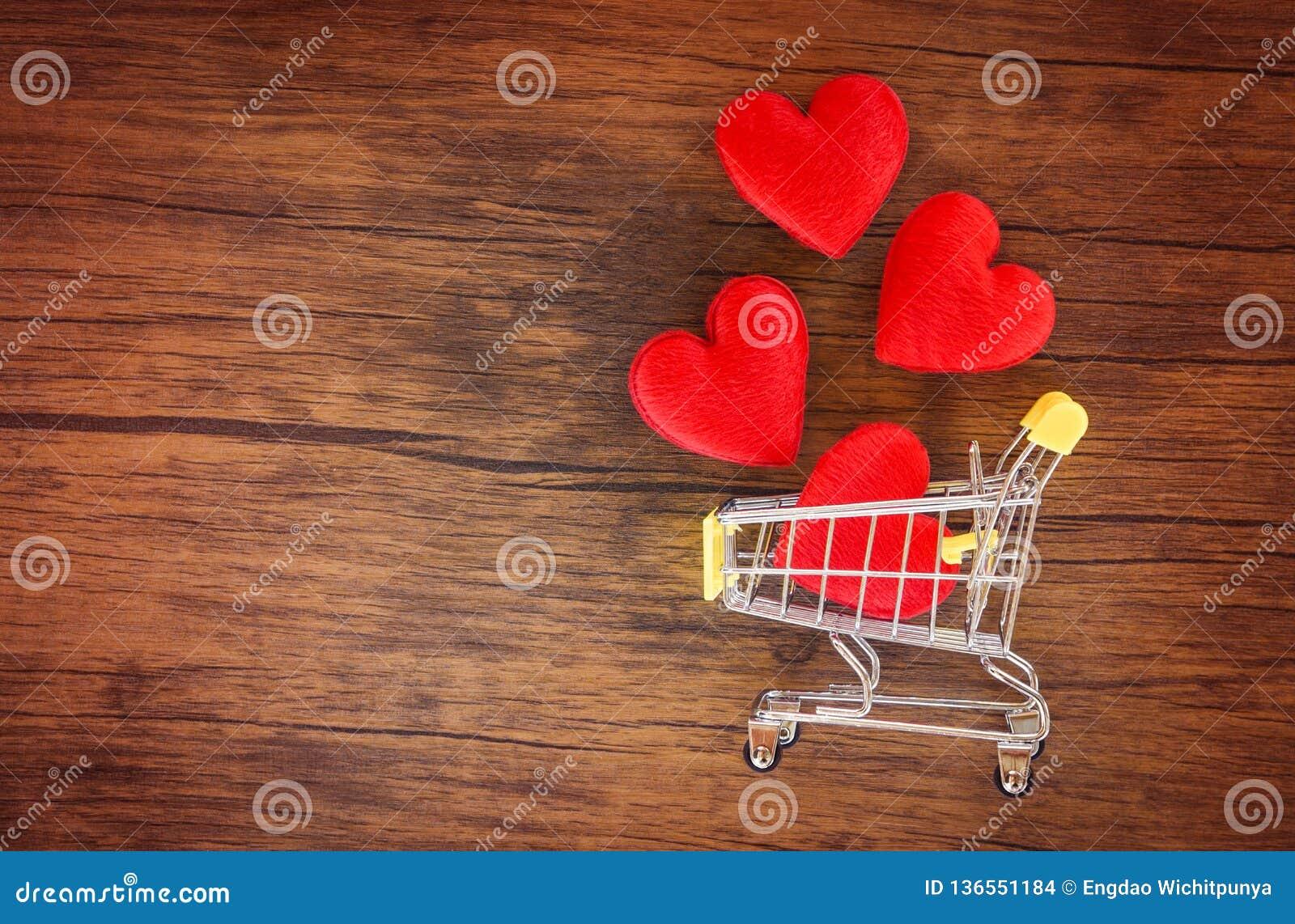 Αγορές ημέρας βαλεντίνων και κόκκινη καρδιά στην έννοια αγάπης κάρρων αγορών/τις διακοπές αγορών για την αγάπη