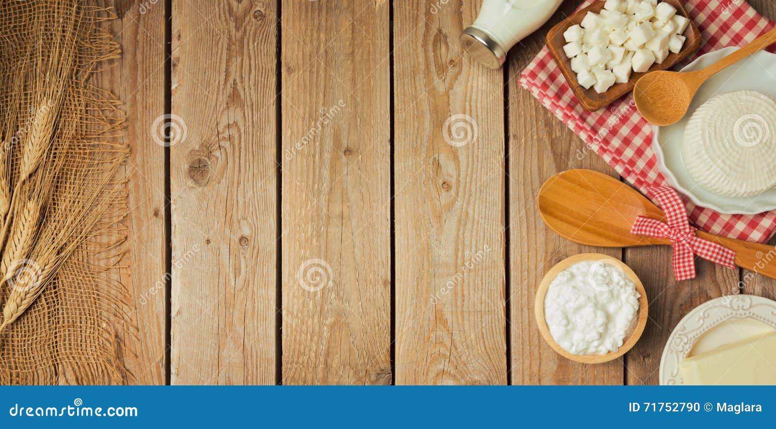 Αγροτικά φρέσκα γαλακτοκομικά προϊόντα στον ξύλινο πίνακα