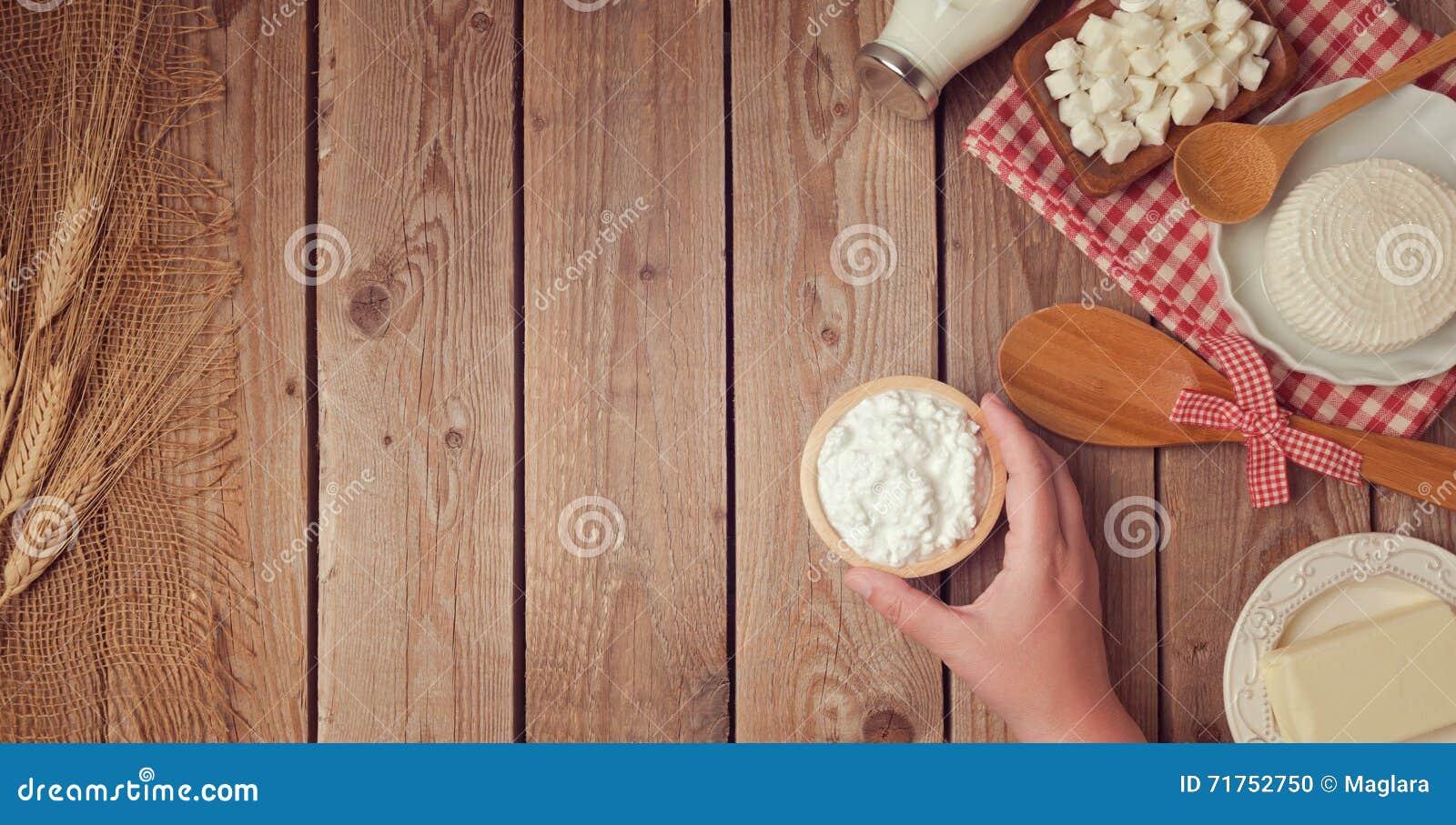 Αγροτικά φρέσκα γαλακτοκομικά προϊόντα στο ξύλινο υπόβαθρο κατανάλωση έννοιας υγιής