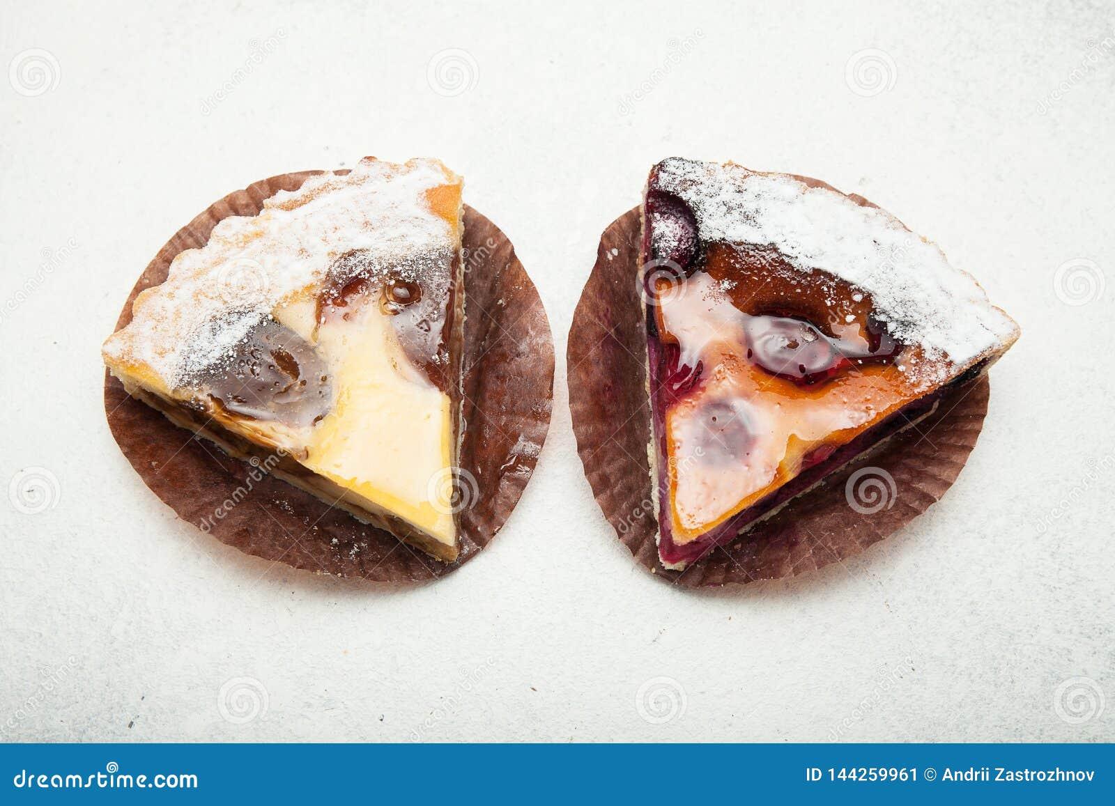 Αγροτικές πίτες φρούτων σε ένα άσπρο υπόβαθρο