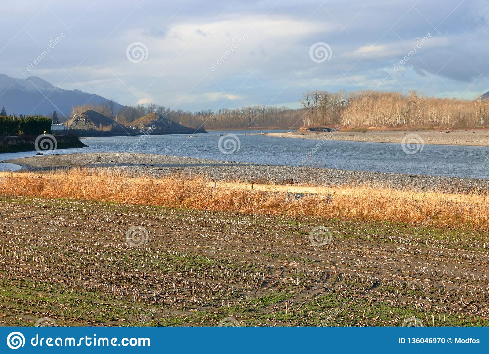 Αγροτική γη με έναν άνεμος ποταμό
