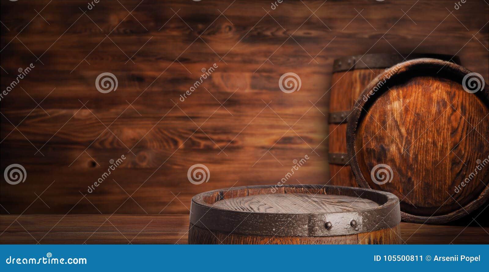 Αγροτικό ξύλινο βαρέλι σε ένα υπόβαθρο νύχτας