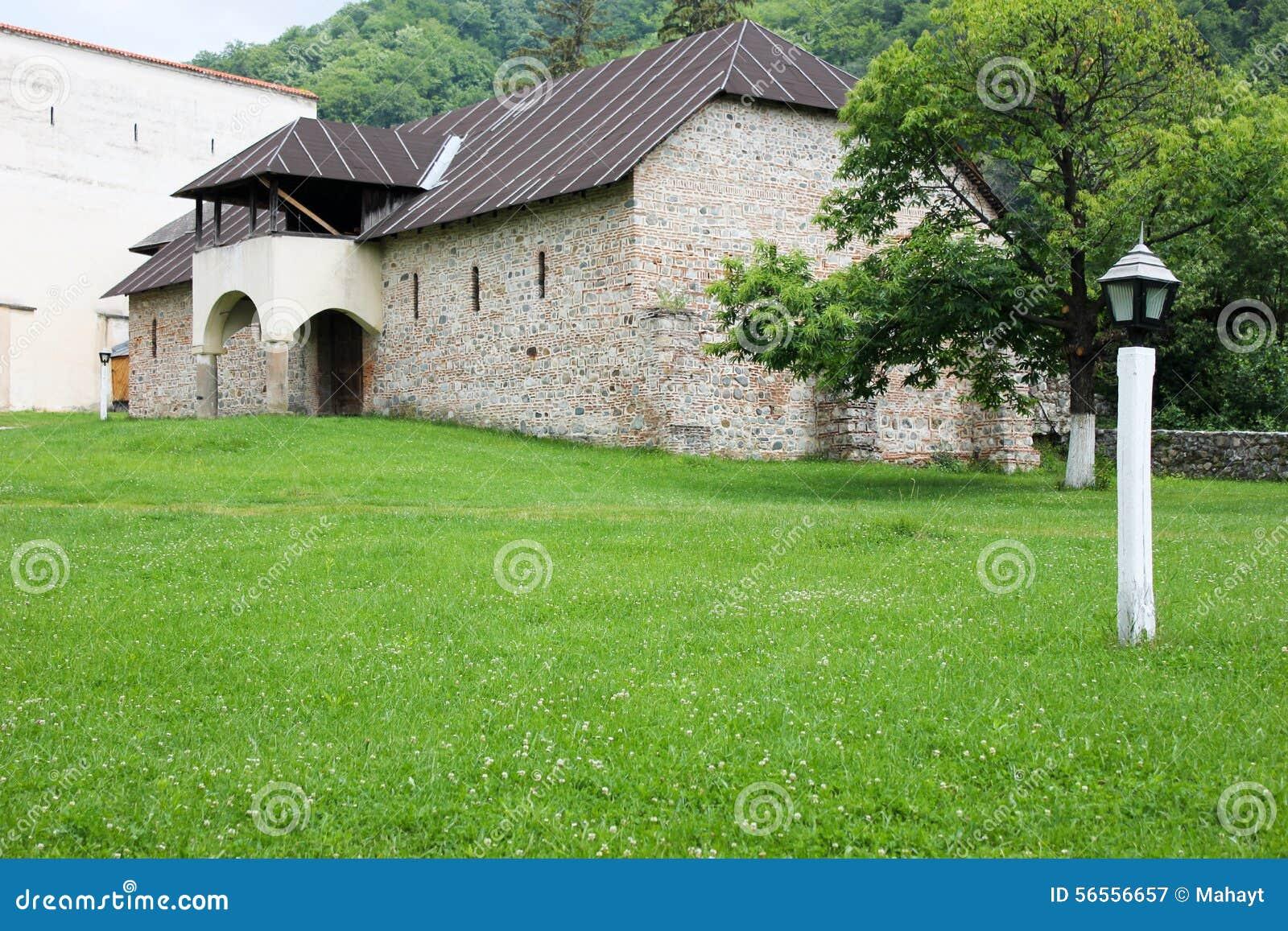 Download Αγροτικό τοπίο με το παλαιό μοναστήρι στη Ρουμανία Στοκ Εικόνα - εικόνα από έθνος, χριστιανός: 56556657