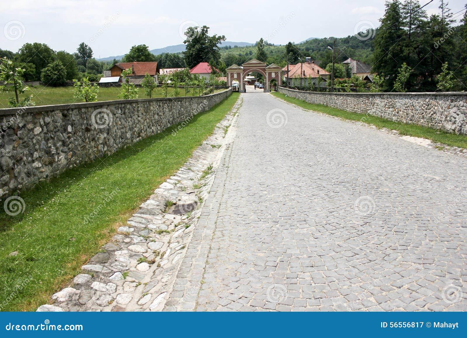Download Αγροτικό τοπίο με το παλαιό μοναστήρι στη Ρουμανία Στοκ Εικόνα - εικόνα από καλλιέργεια, ιστορικός: 56556817