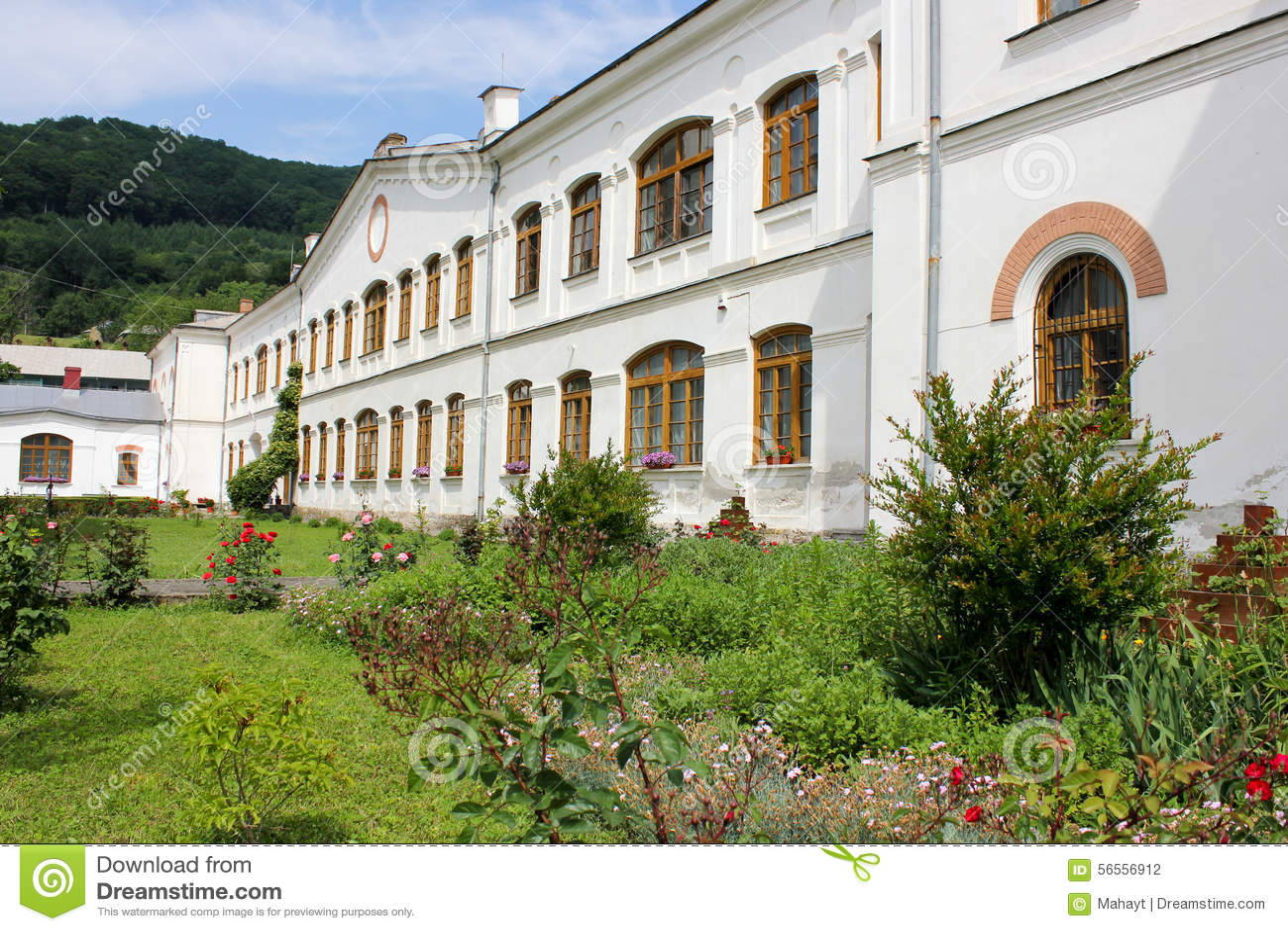 Download Αγροτικό τοπίο με το παλαιό μοναστήρι στη Ρουμανία Στοκ Εικόνες - εικόνα από λιβάδι, χώρα: 56556912