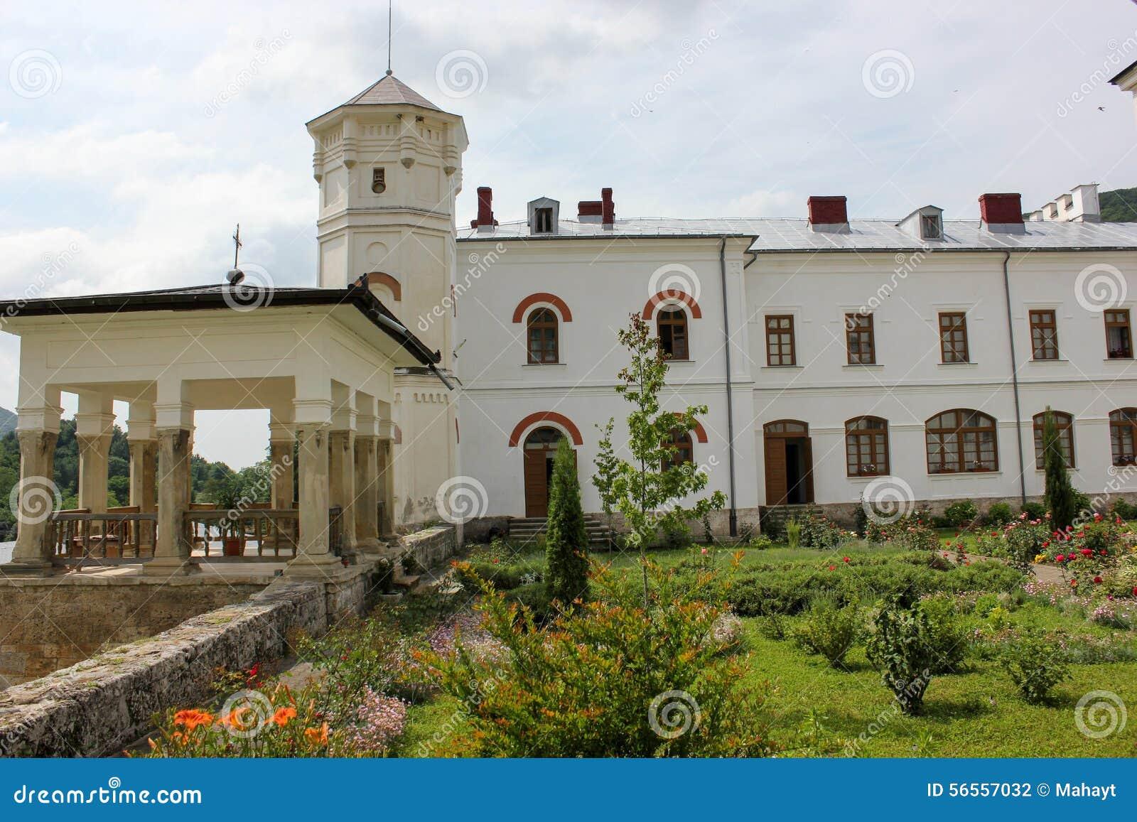 Download Αγροτικό τοπίο με το παλαιό μοναστήρι στη Ρουμανία Στοκ Εικόνες - εικόνα από ορόσημο, ιστορικός: 56557032