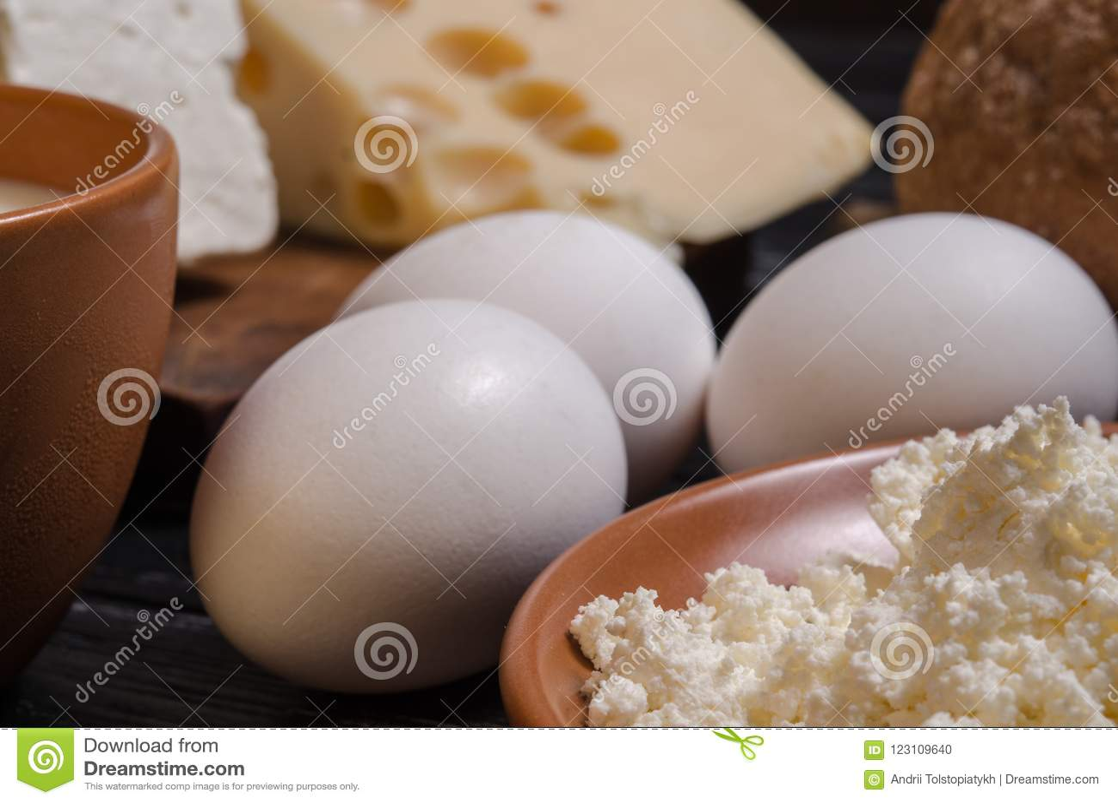Αγροτικό ψωμί προγευμάτων, τυρί, φέτα, τυρί εξοχικών σπιτιών, γάλα και ε
