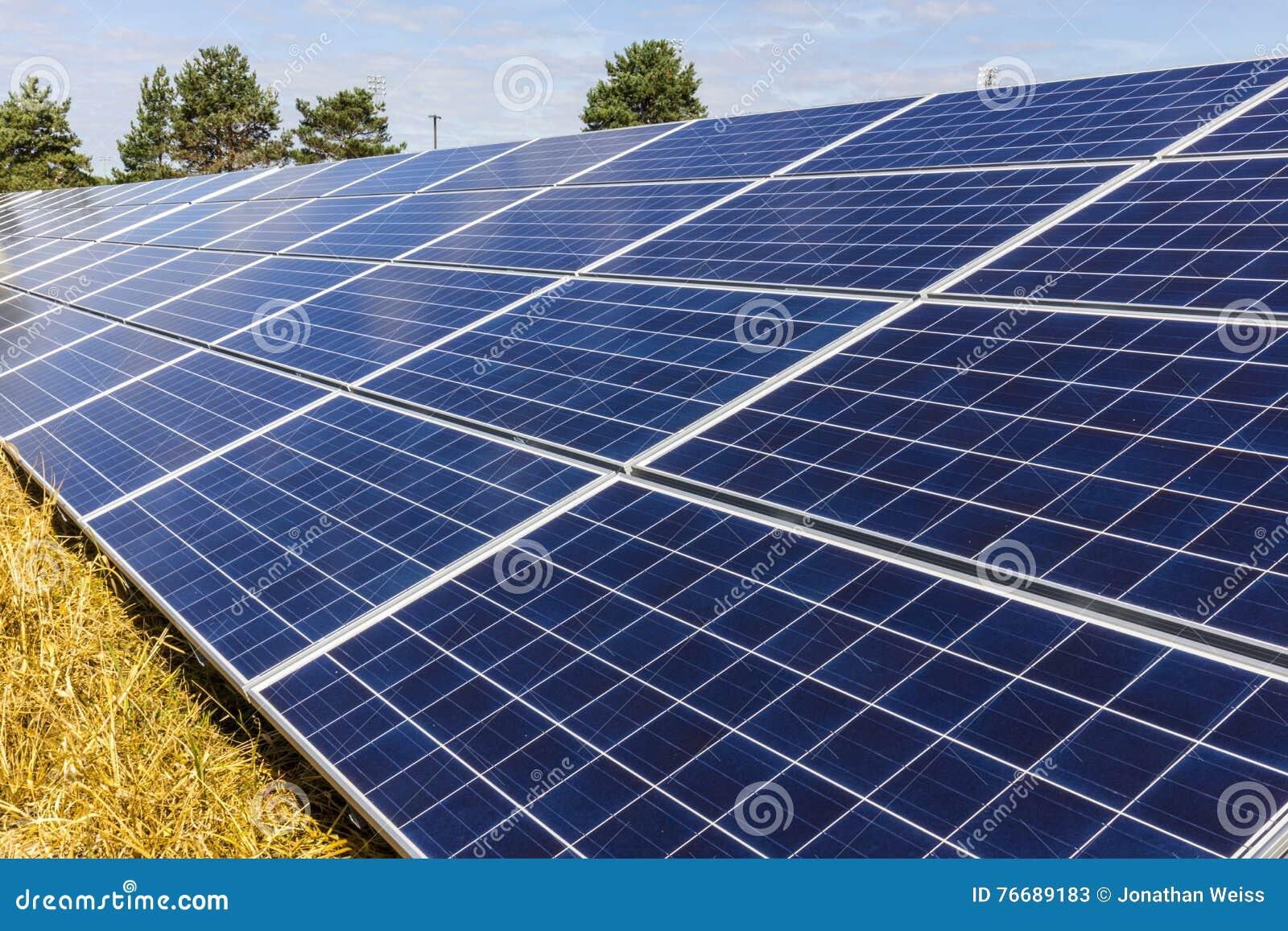 Αγρόκτημα ηλιακού πλαισίου Οι τομείς καλαμποκιού μετατρέπονται στις πράσινες ενεργειακές περιοχές χρησιμοποιώντας τα φωτοβολταϊκά