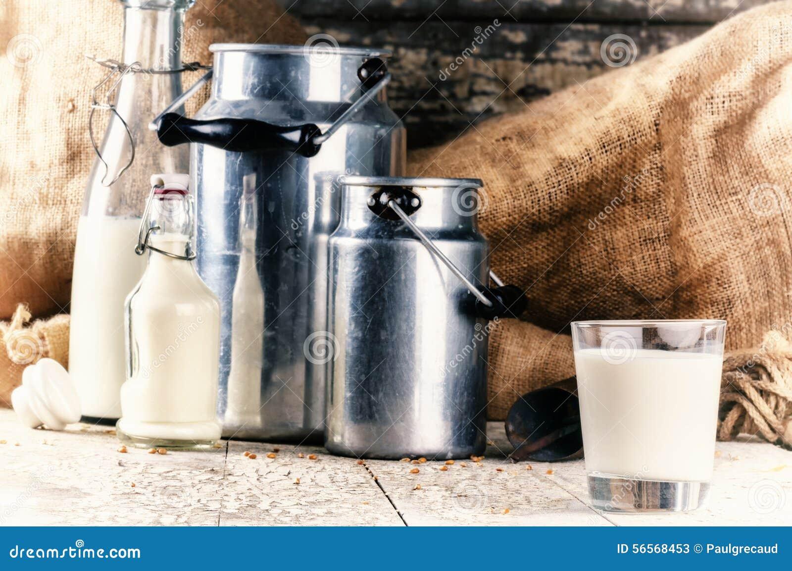 Download Αγρόκτημα που θέτει με το φρέσκο γάλα Στοκ Εικόνα - εικόνα από ποτό, εμφιαλωτών: 56568453